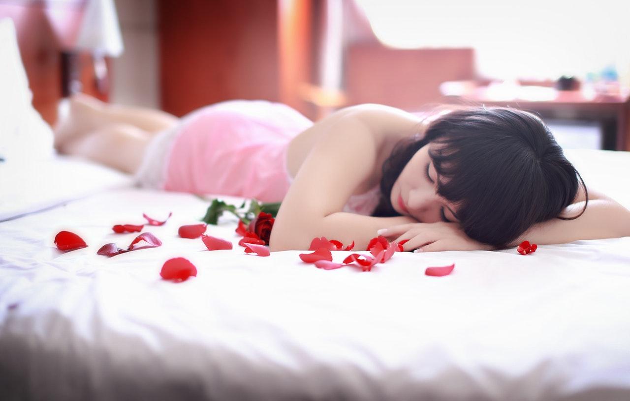 ベットに寝そべる女性
