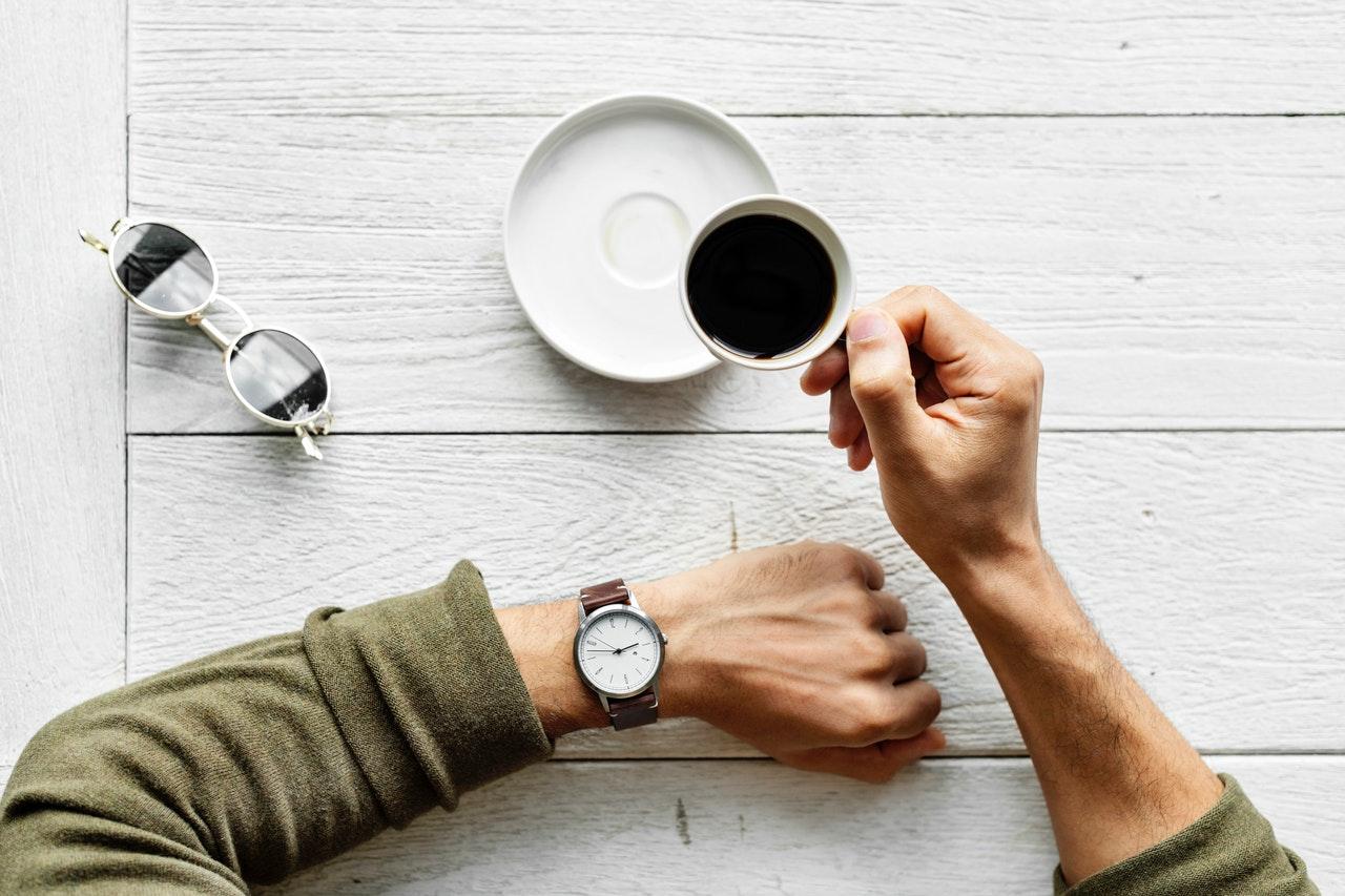 コーヒーを持つ男性の手