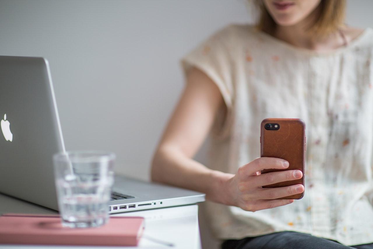 スマートフォンを手に持つ女性