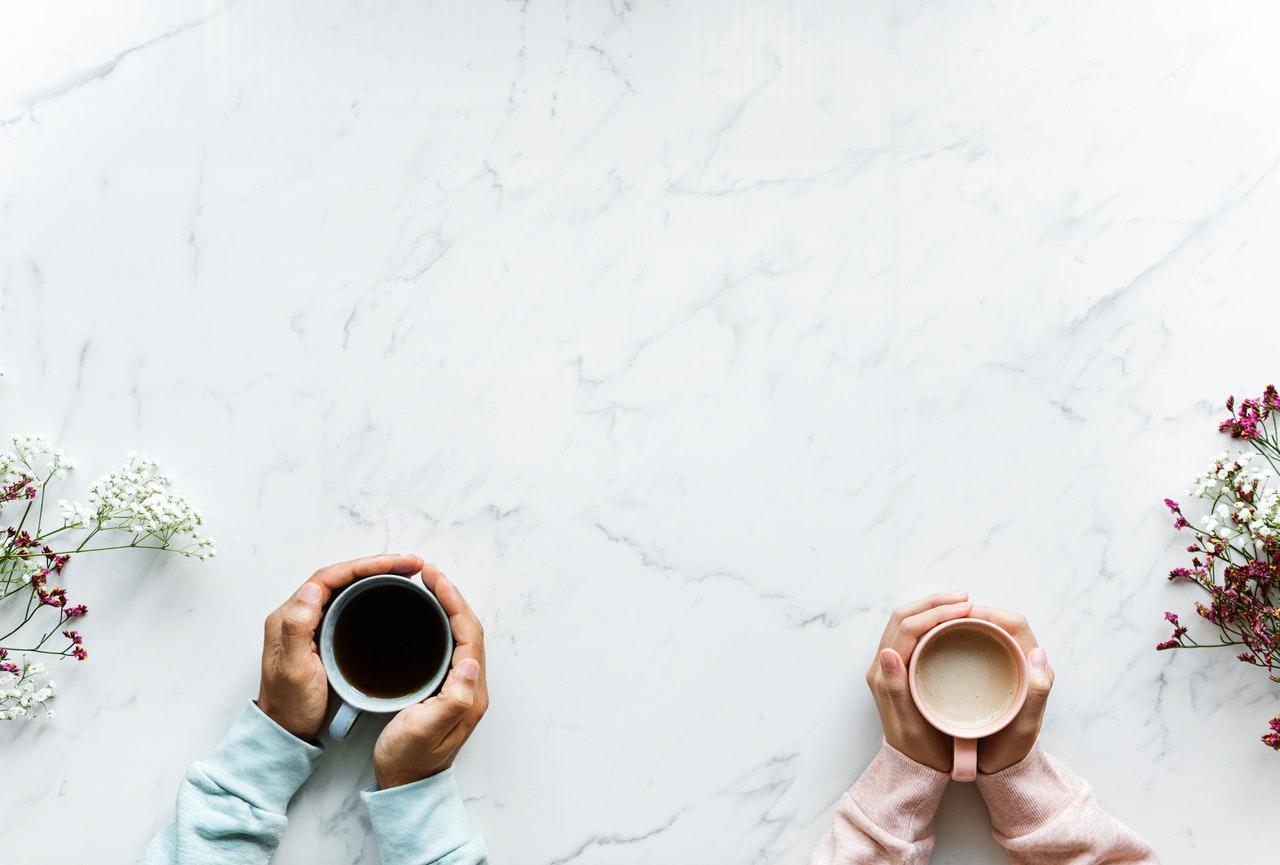 コーヒーカップをもつ男女