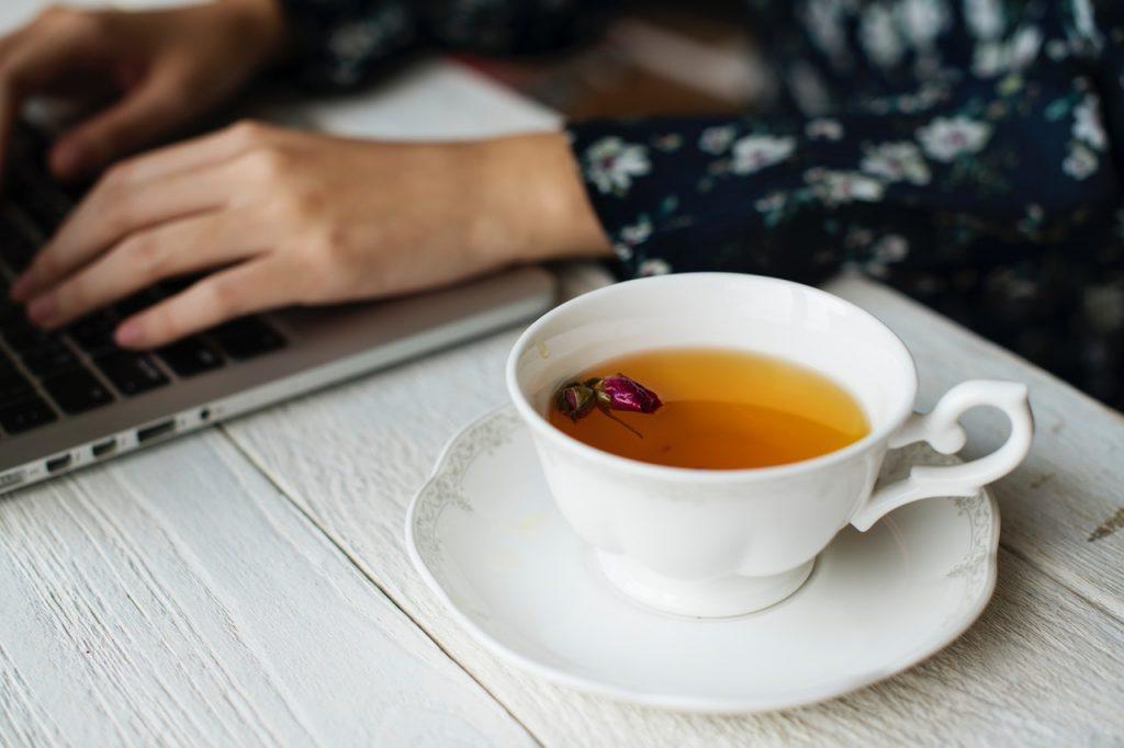 紅茶に浮かぶ蕾