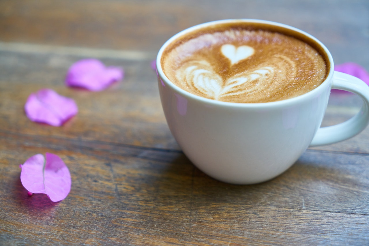 コーヒーカップにハートのアート