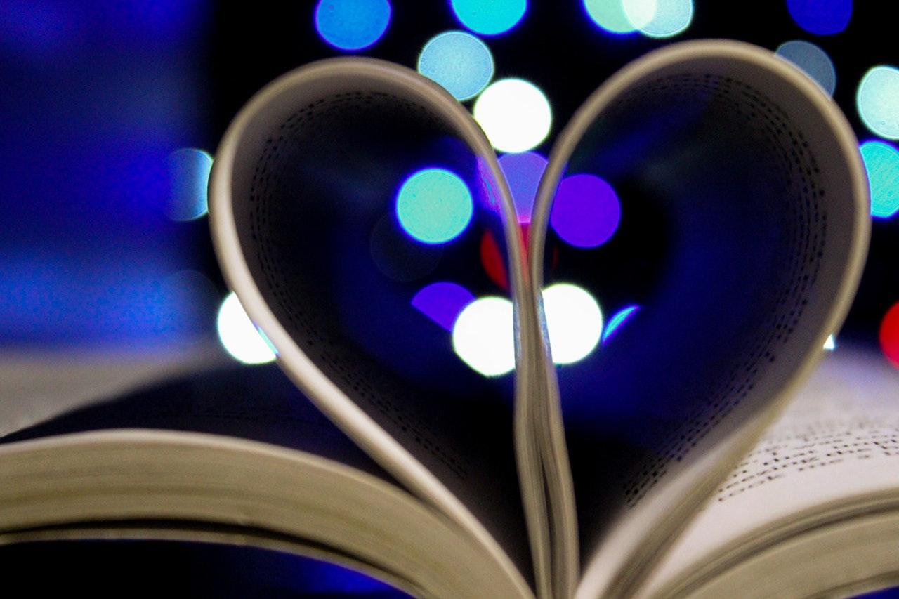 本でハートをイメージ