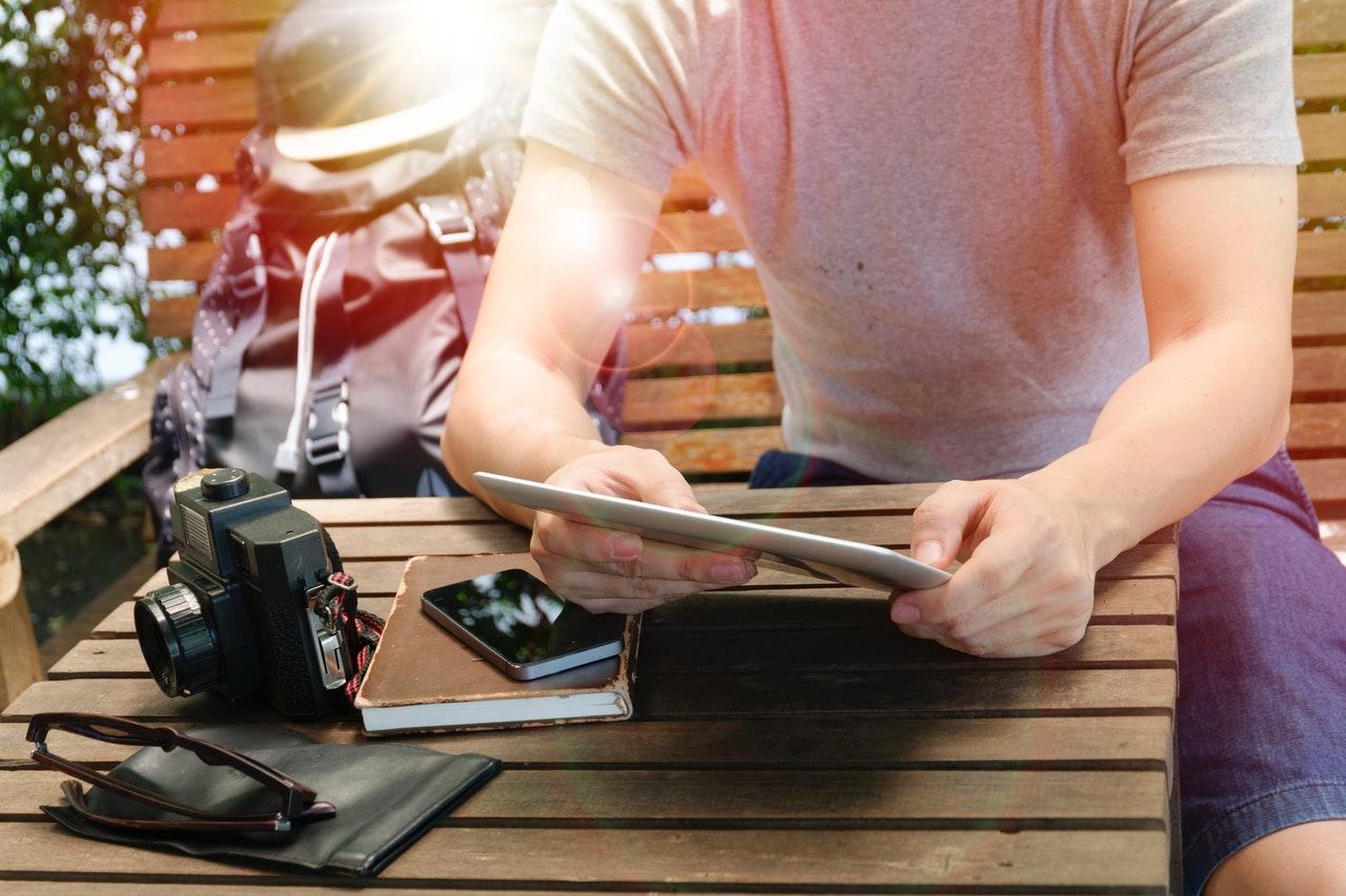 男性とiPad、カメラ