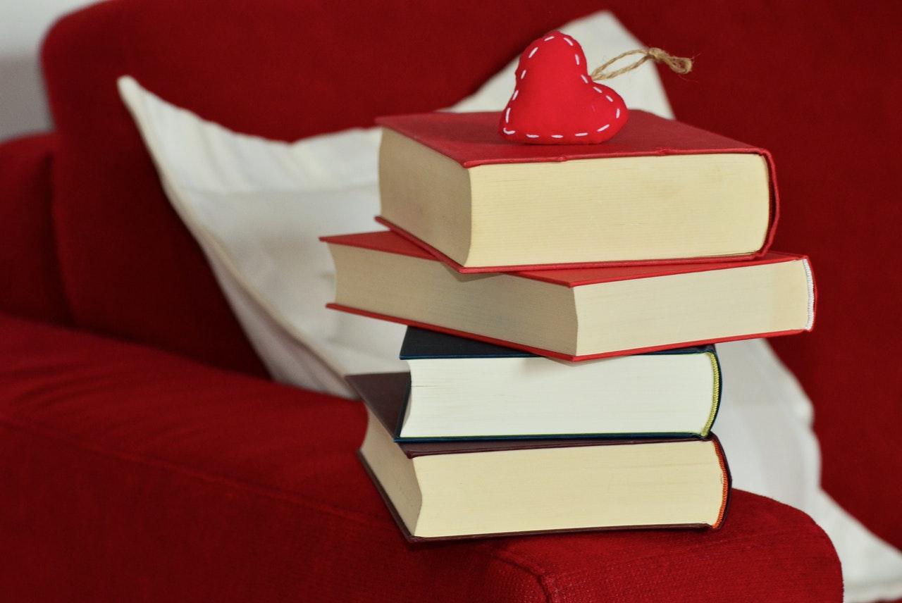積まれた本とハート