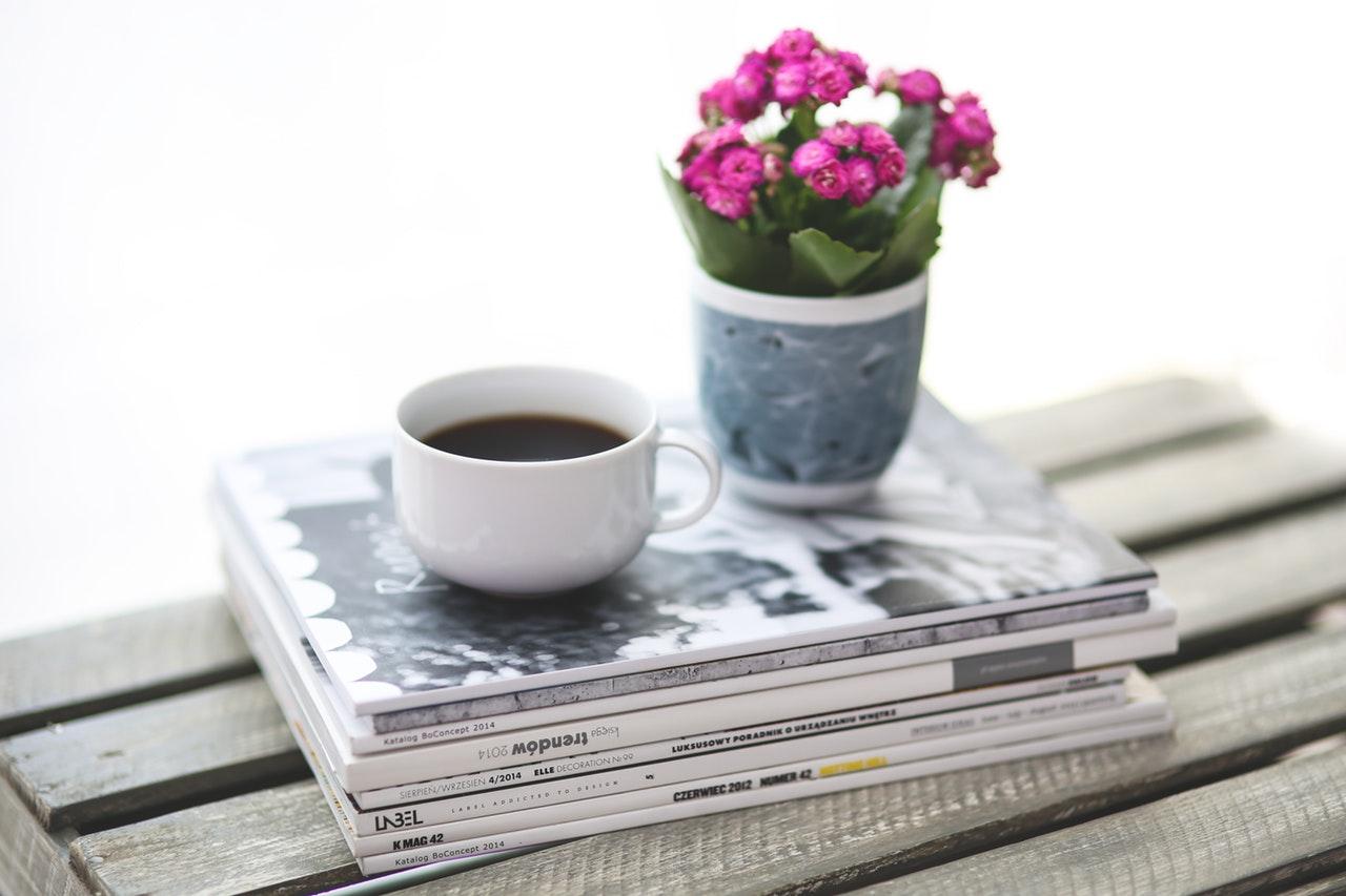雑誌とコーヒー