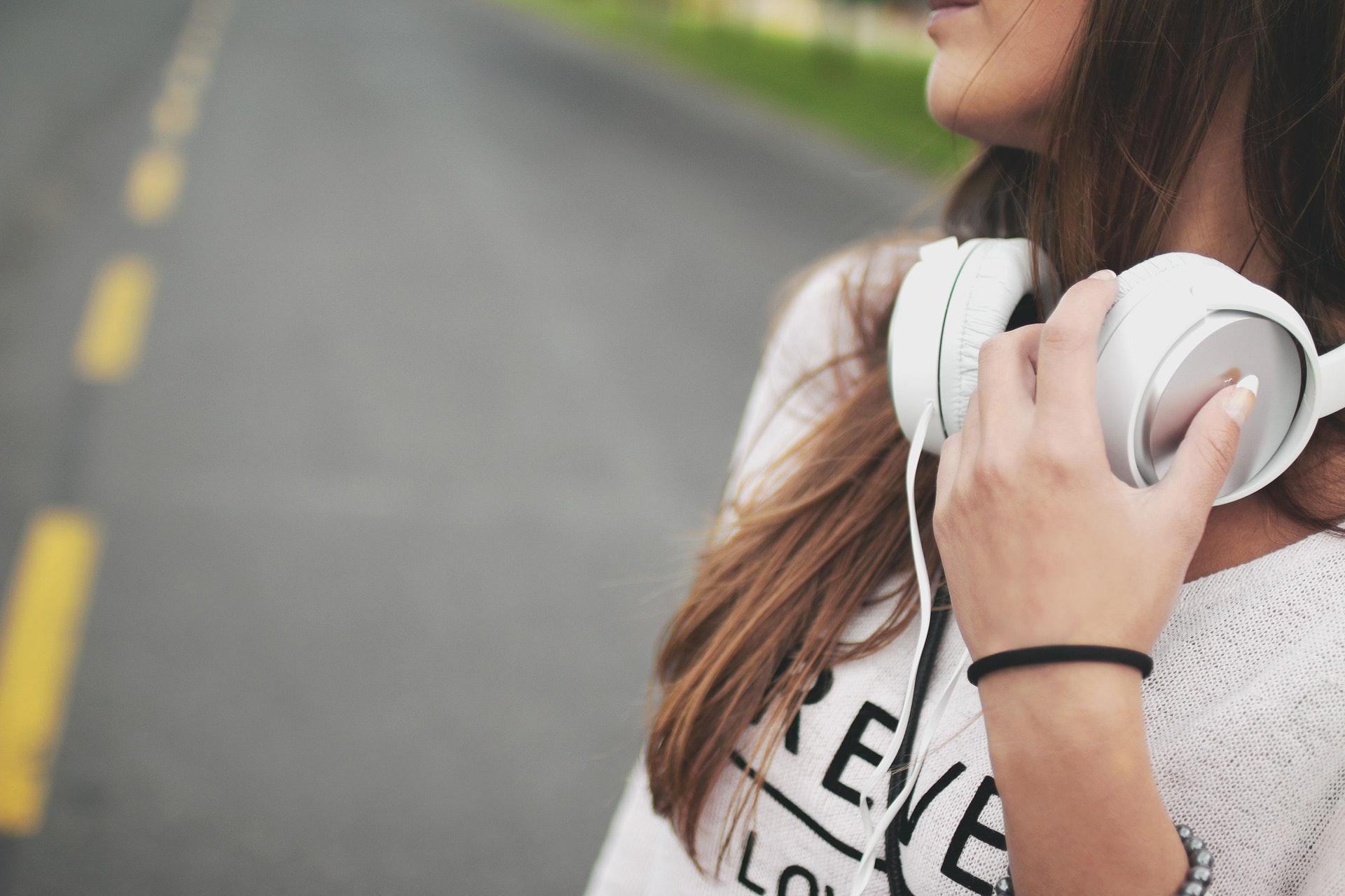 歌を聴く女性