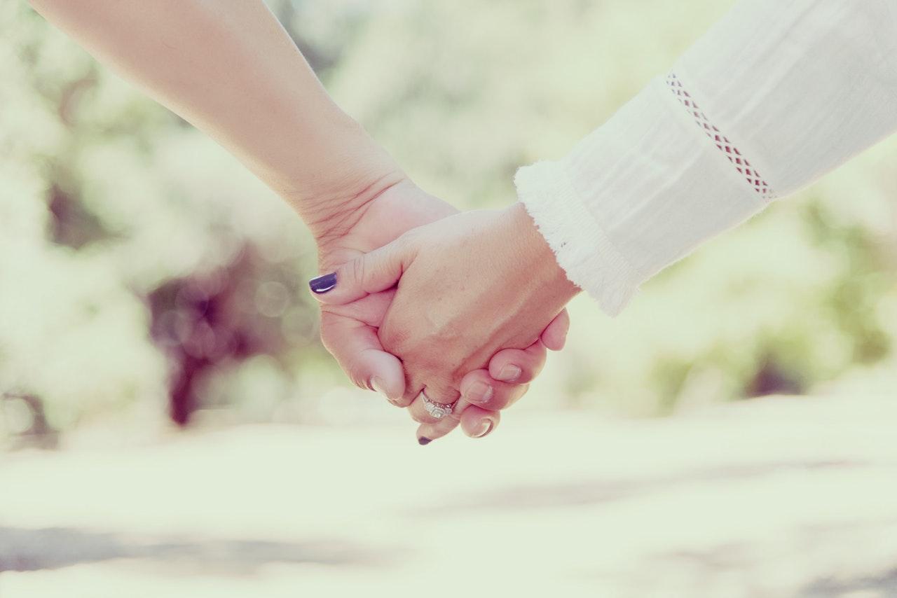 手をつなぐ2人