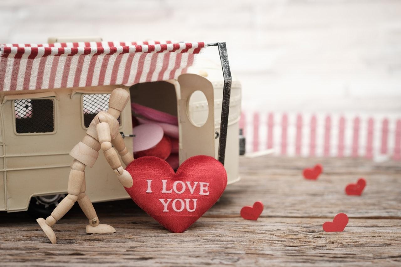 愛を運ぶ人形