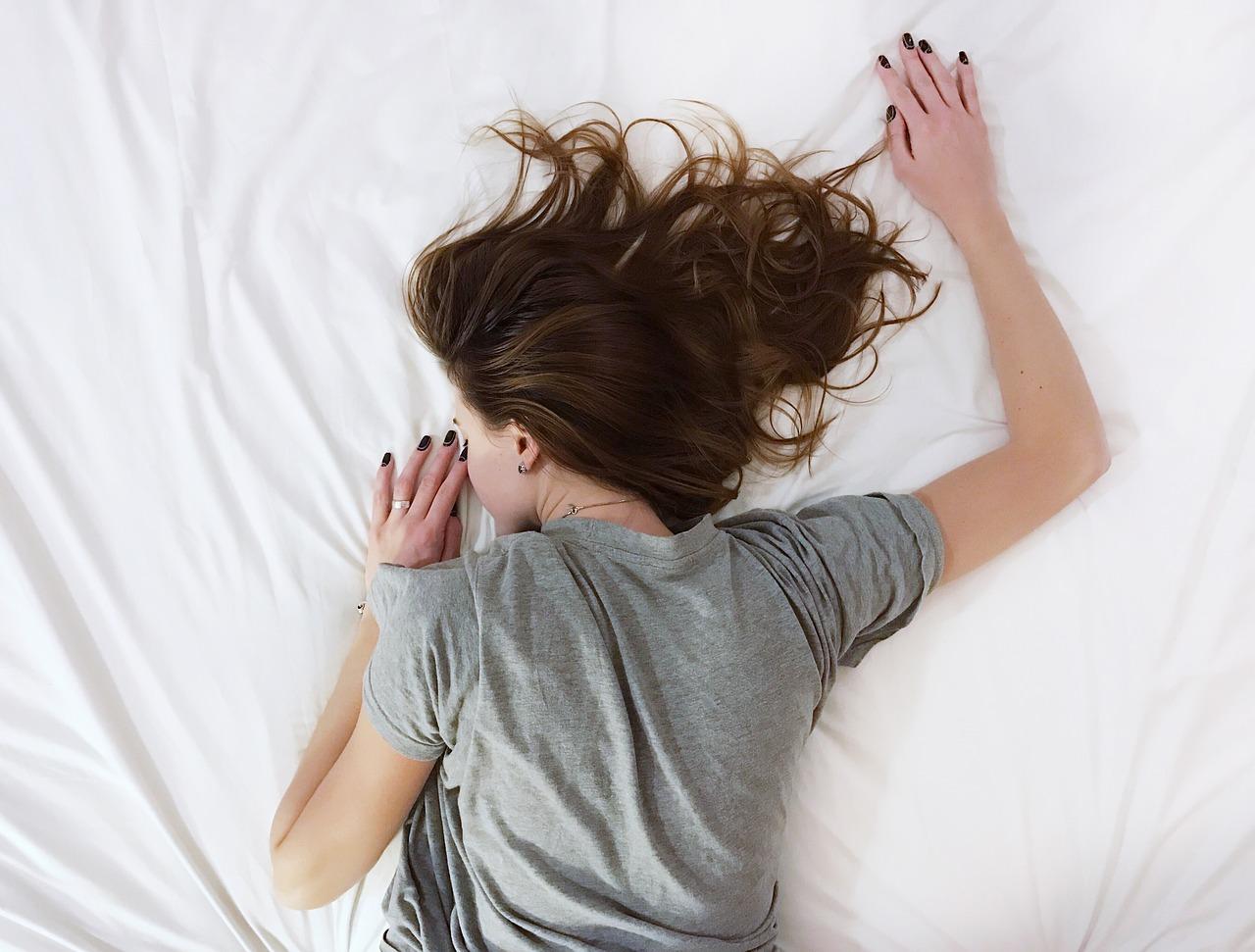 ベッドで突っ伏す女性