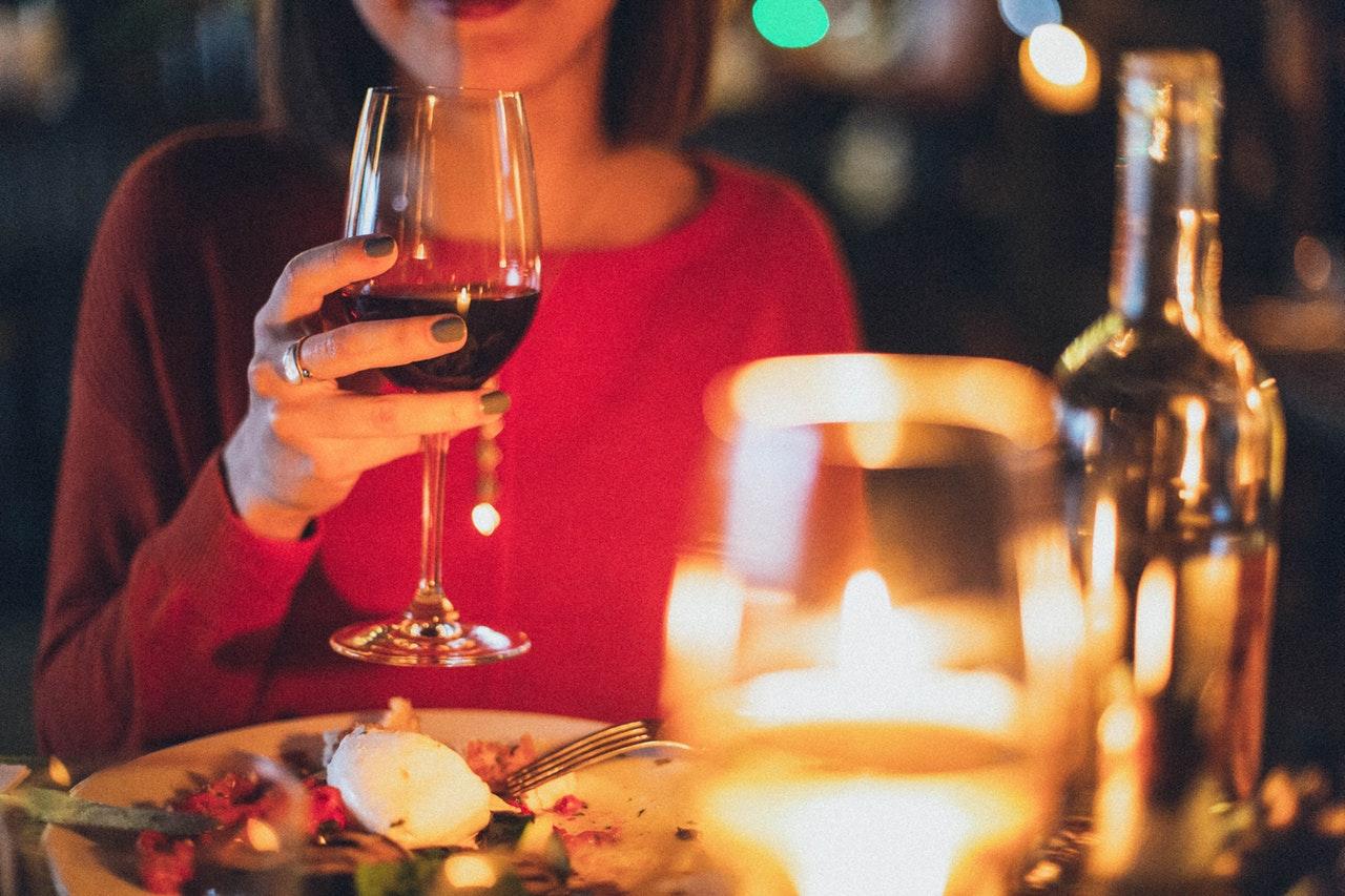ワイングラスを持つ女性