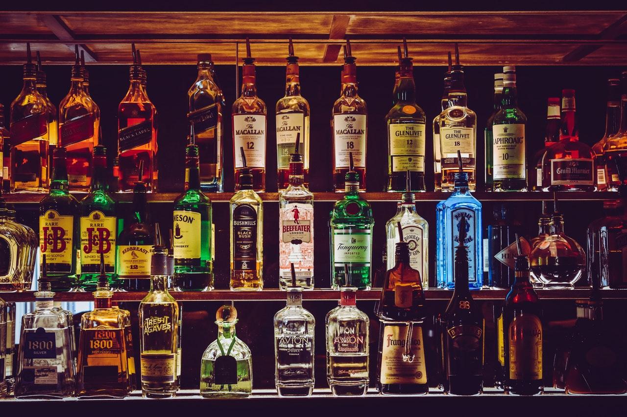 棚の並ぶお酒