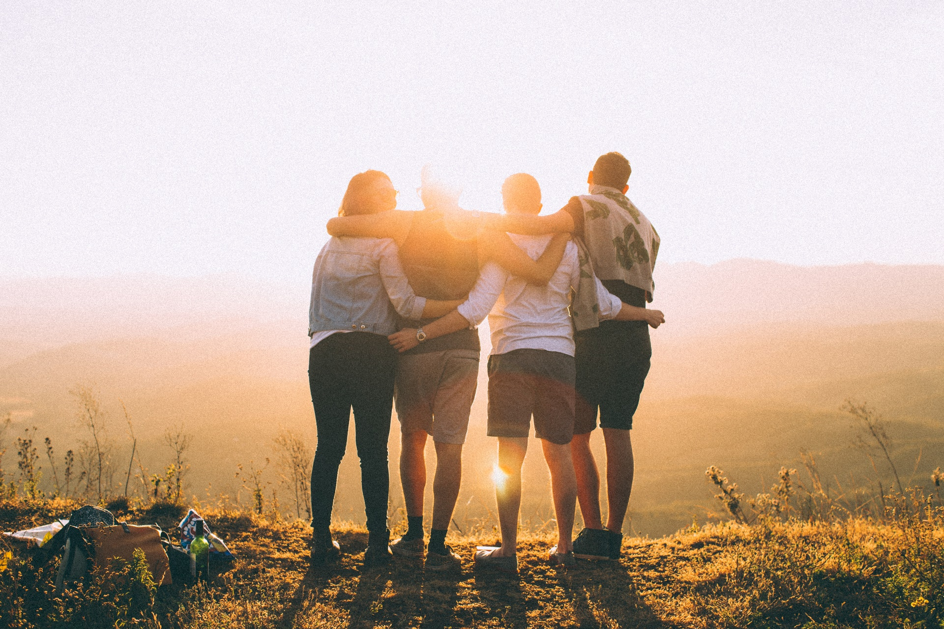 友達と夕日を眺める