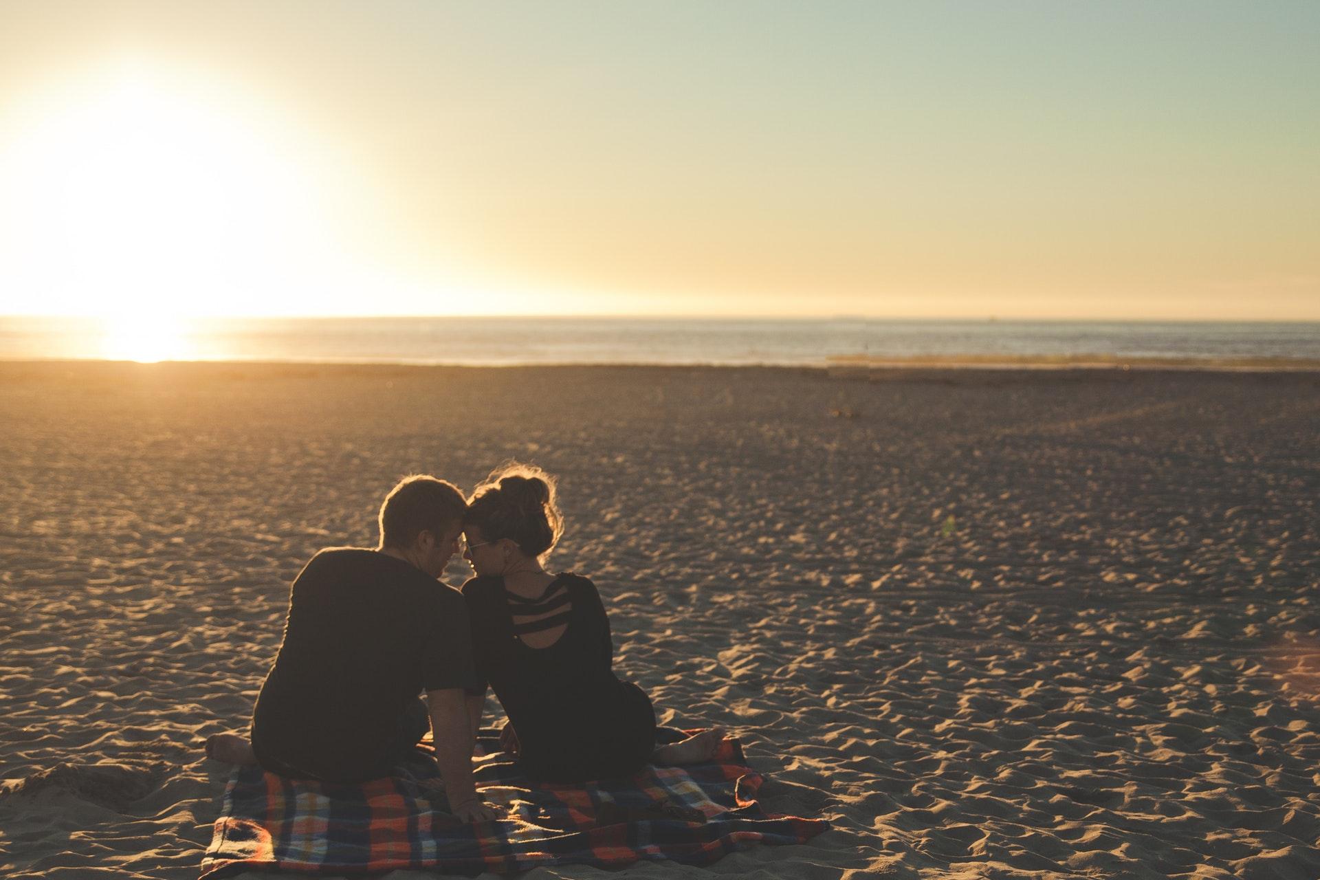 砂浜の男女