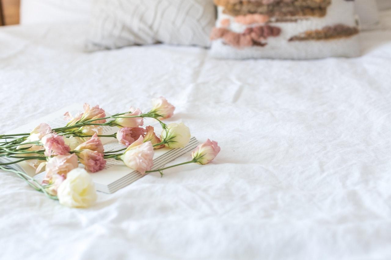 ベッド上にフラワー