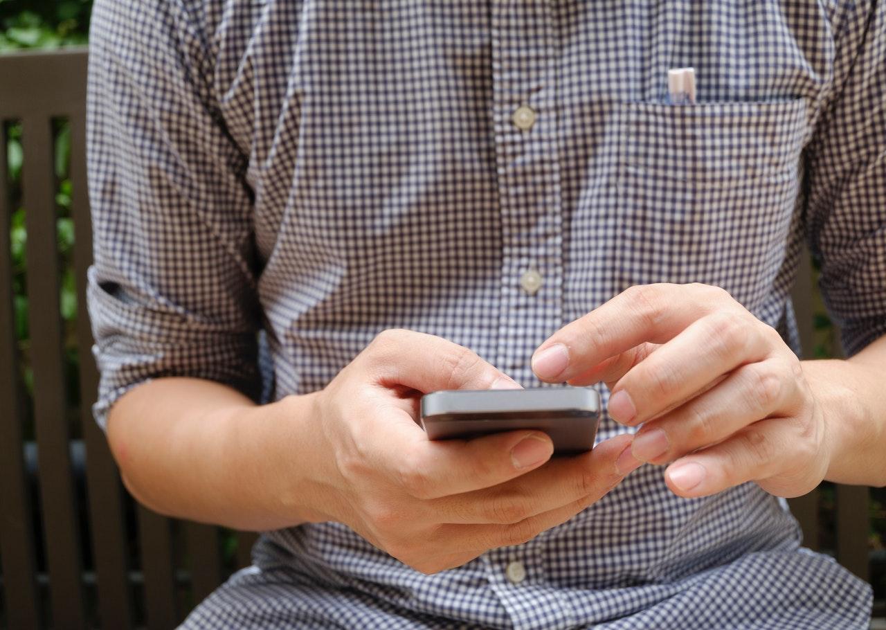 スマートフォンをタッチする男性