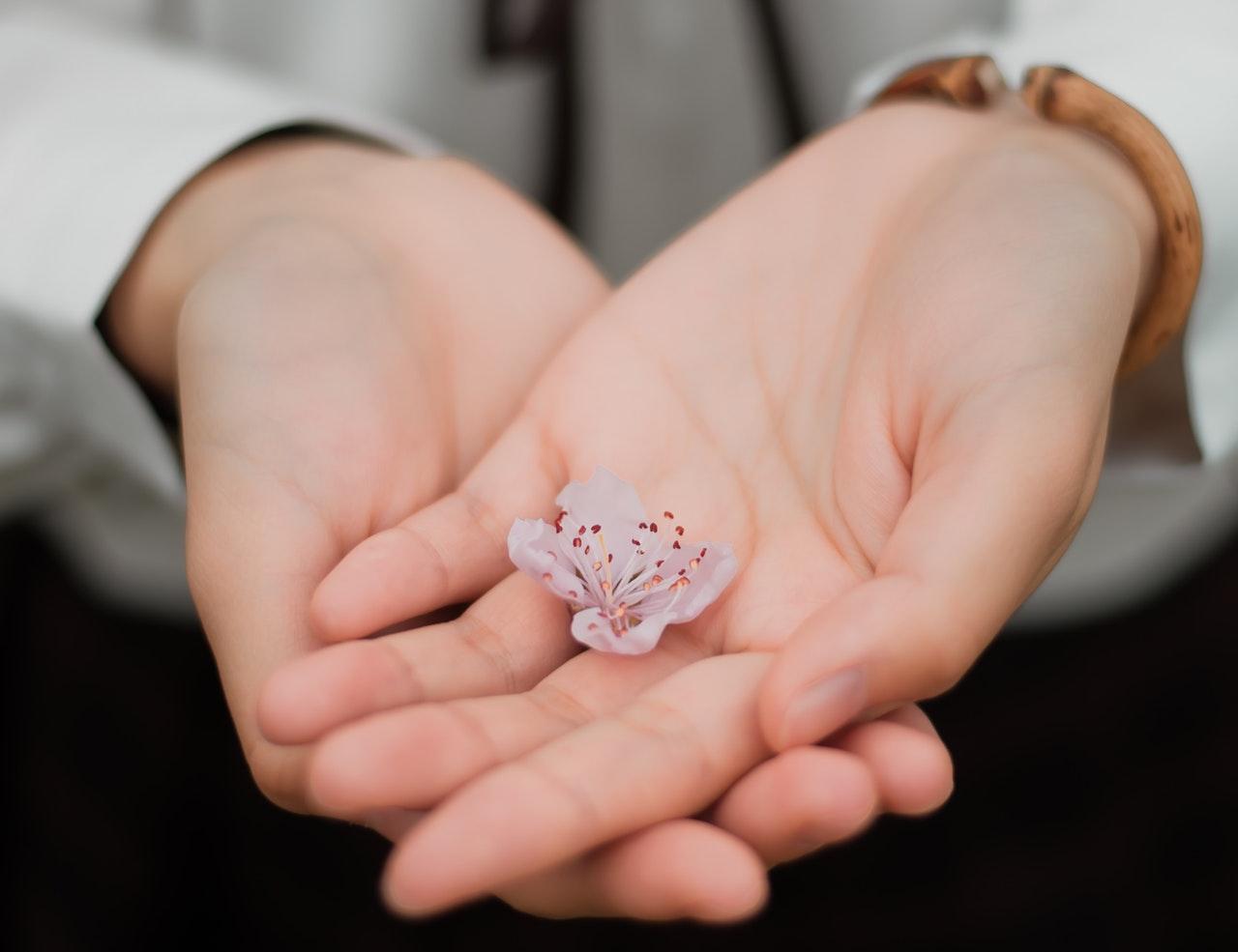両手に小花
