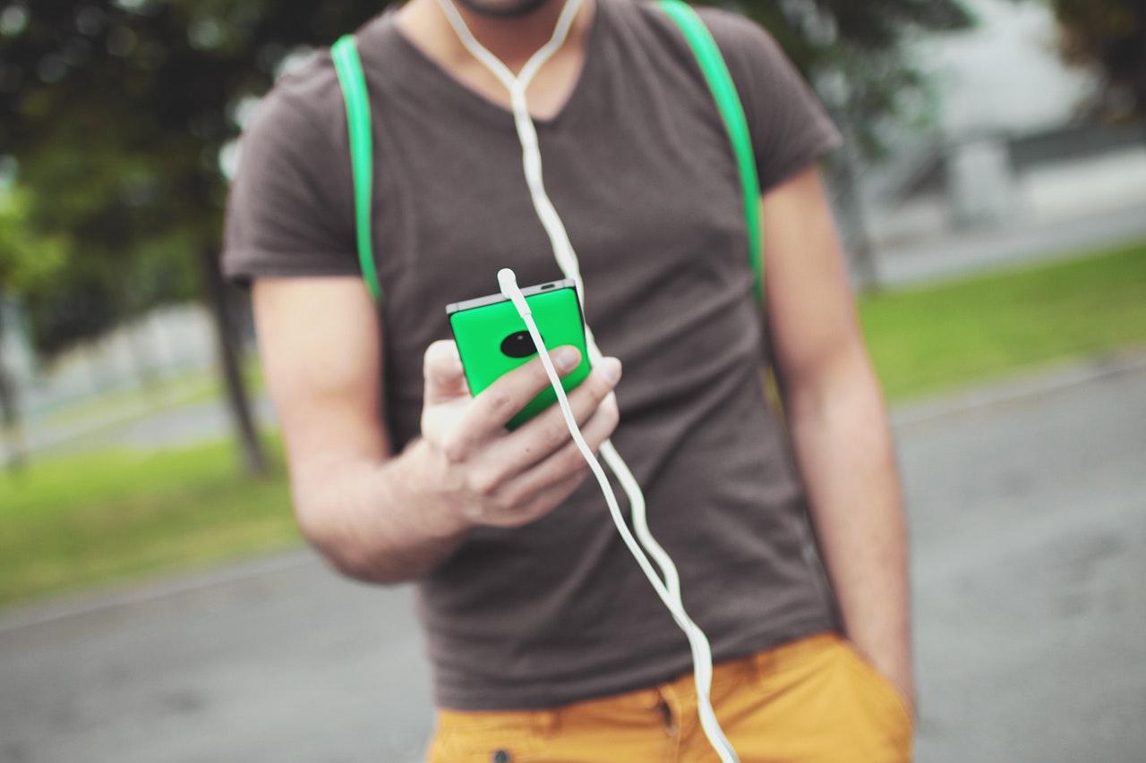 スマートフォンを見る男性