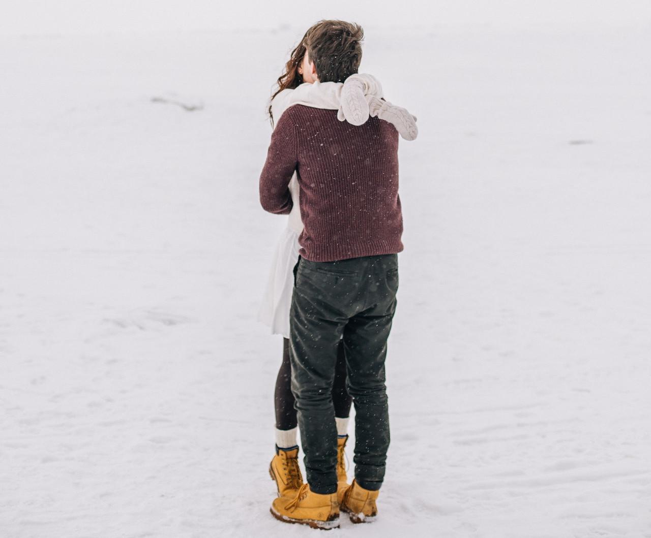 抱き合う2人