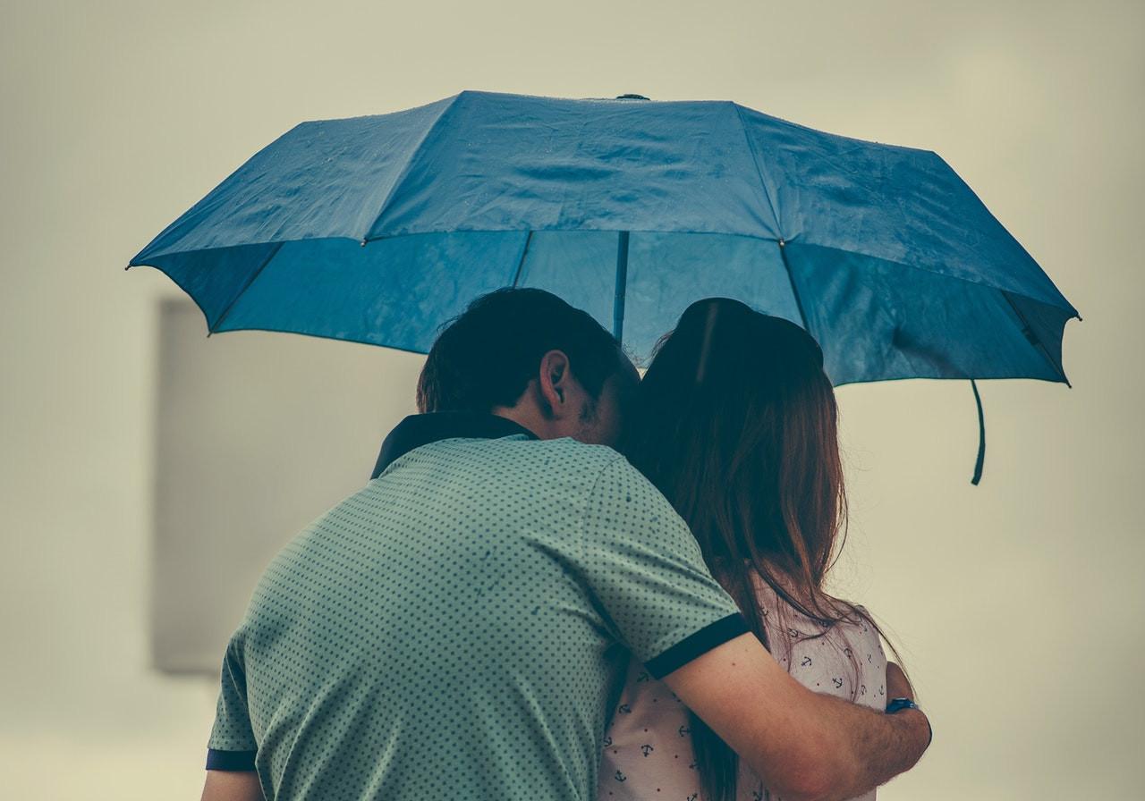 雨の中の2人