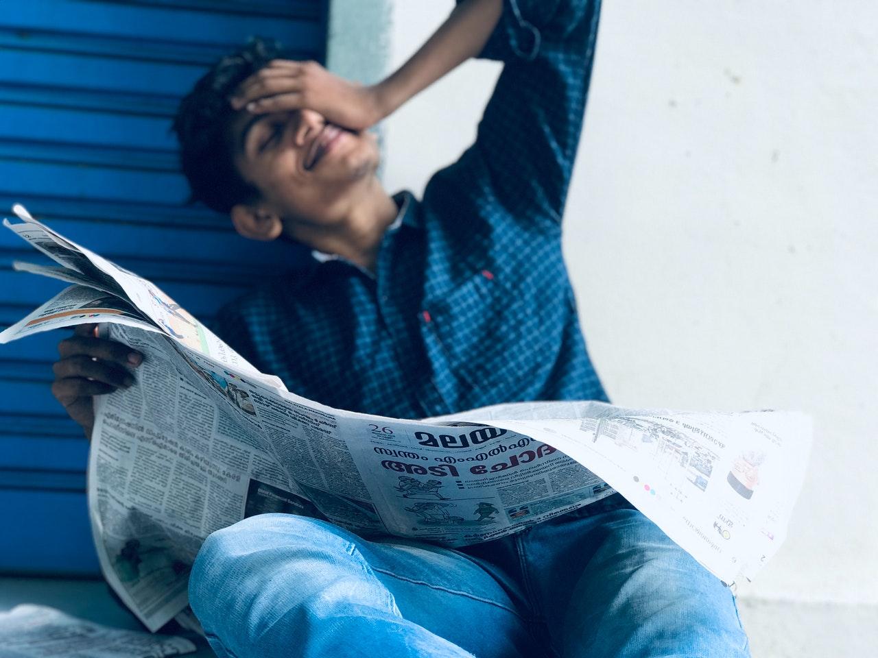 新聞を見る男性