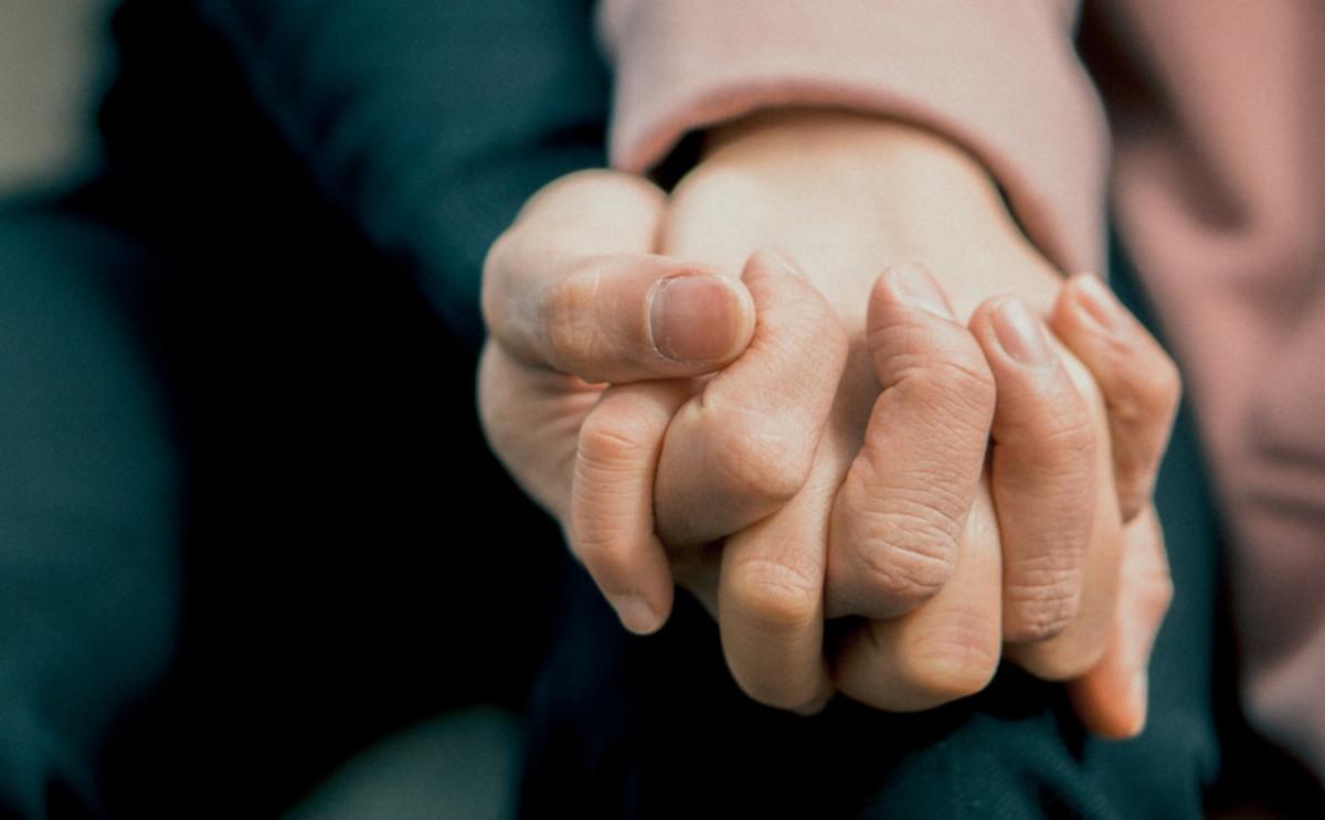 握っている手