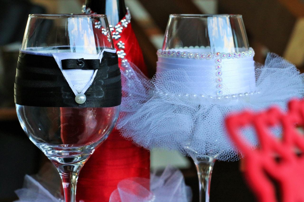 新郎新婦をイメージしたワイングラス
