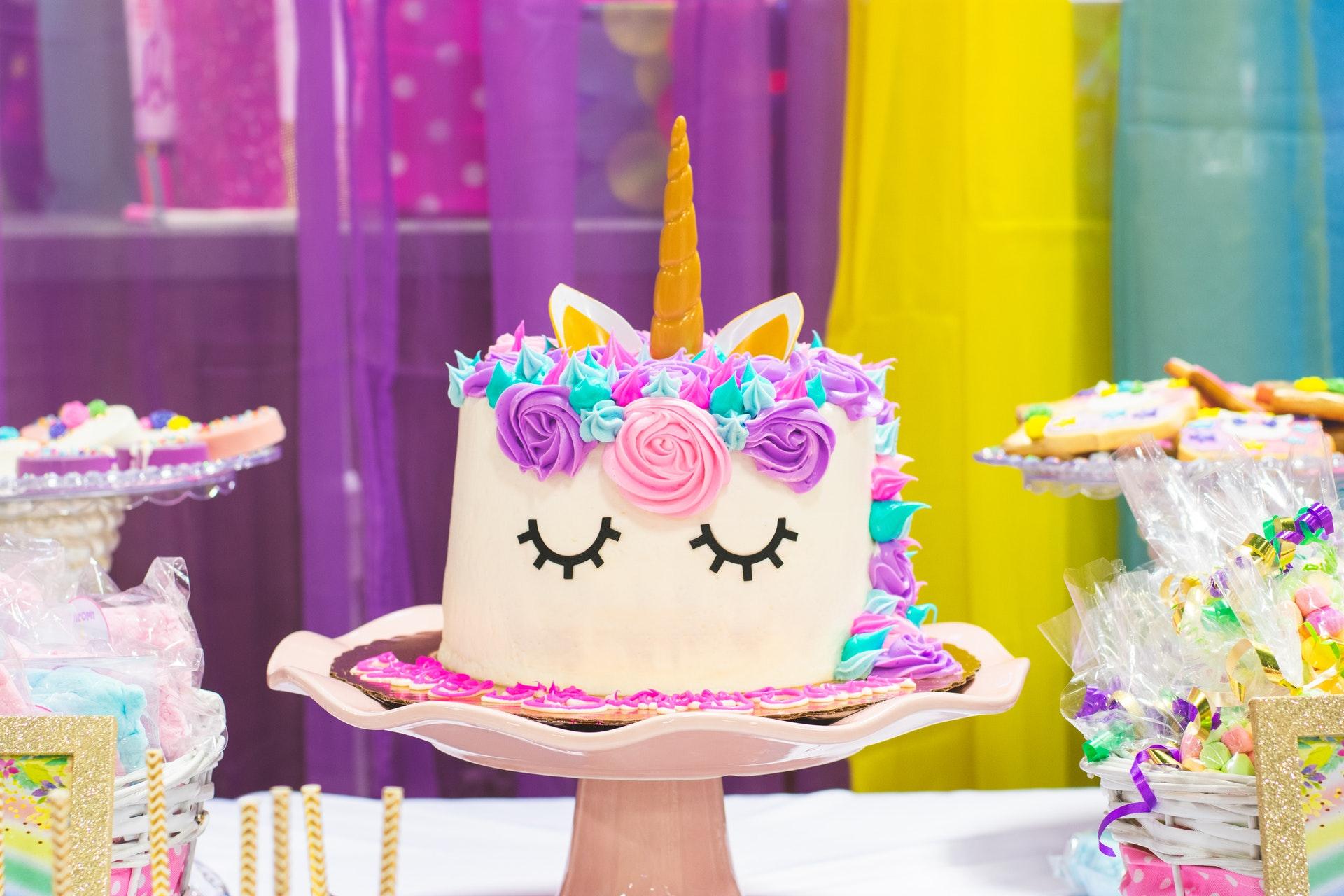瞼を閉じた顔のケーキ