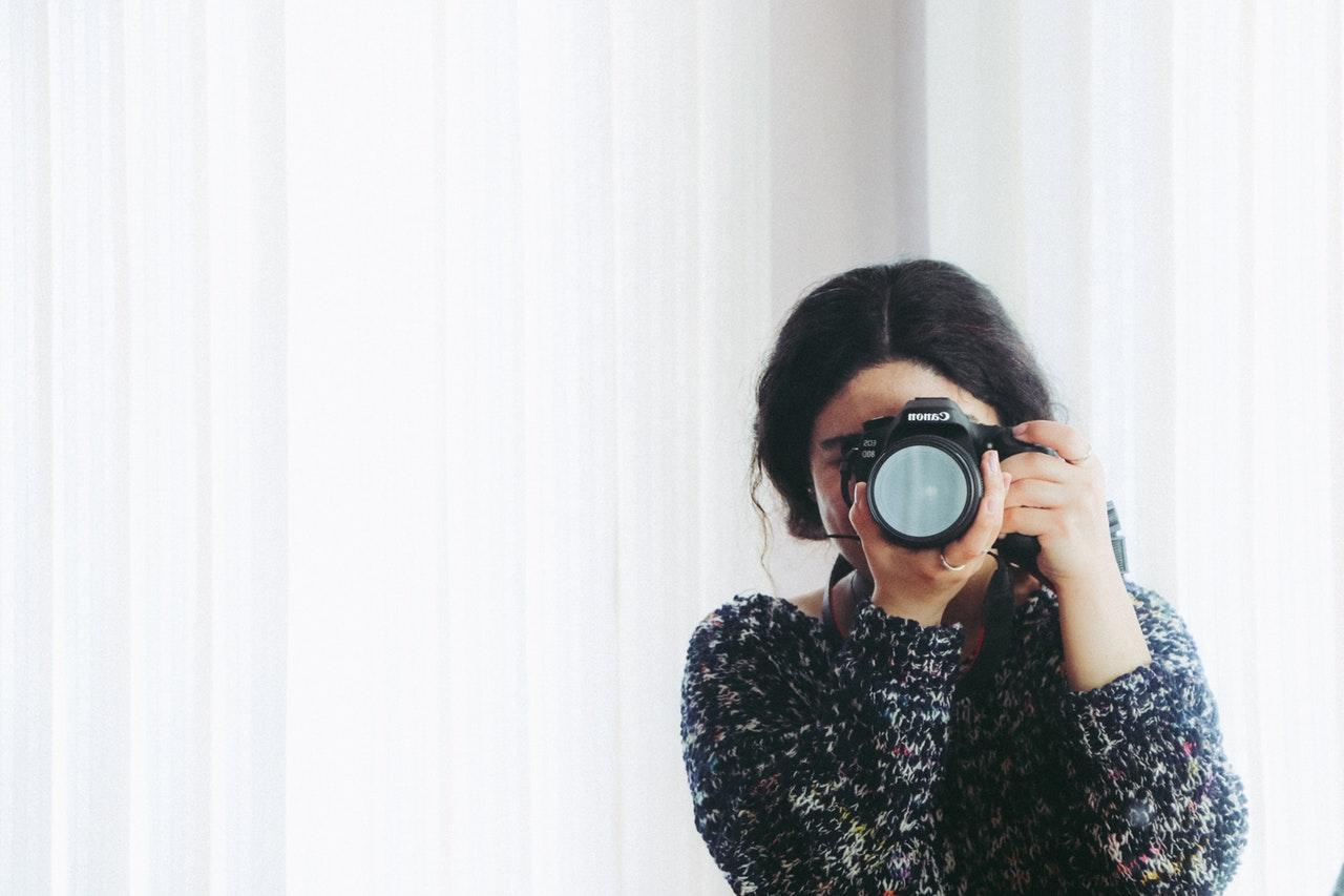 カメラを手にしている女性