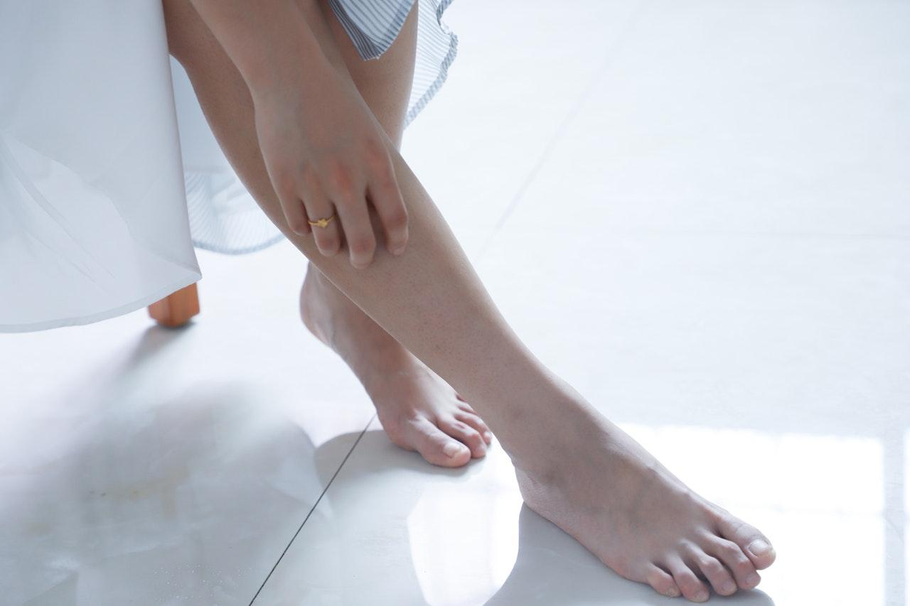 素足に触れる女性