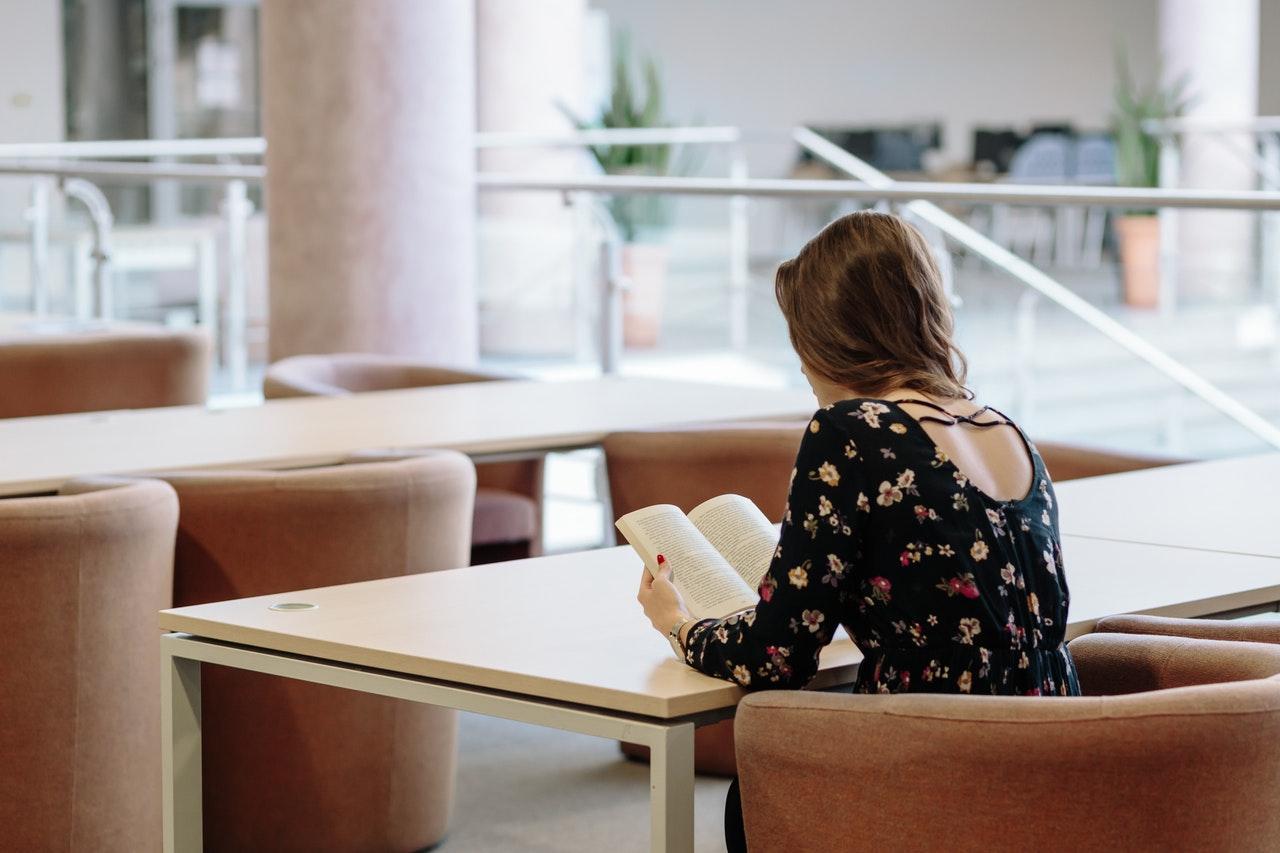 読書する女子