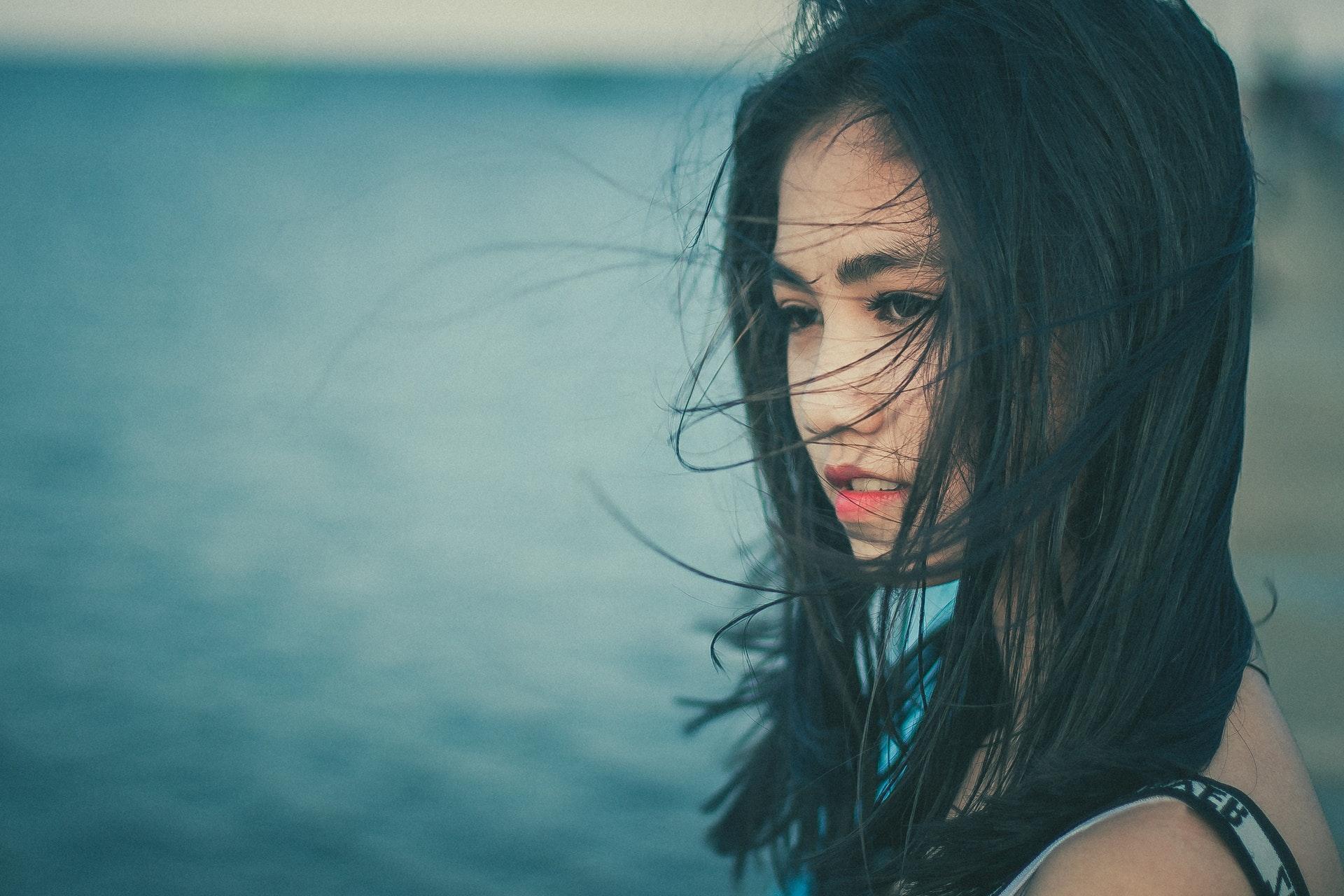 海を見つめる女性