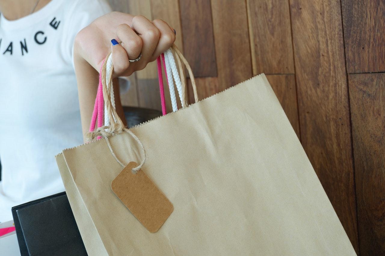 ショッピングバッグを持った手