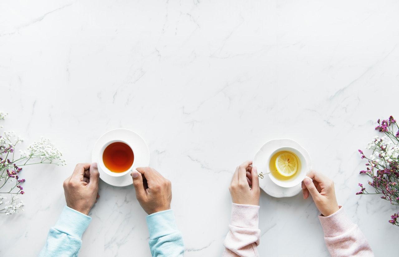 お茶を一緒に飲む男女