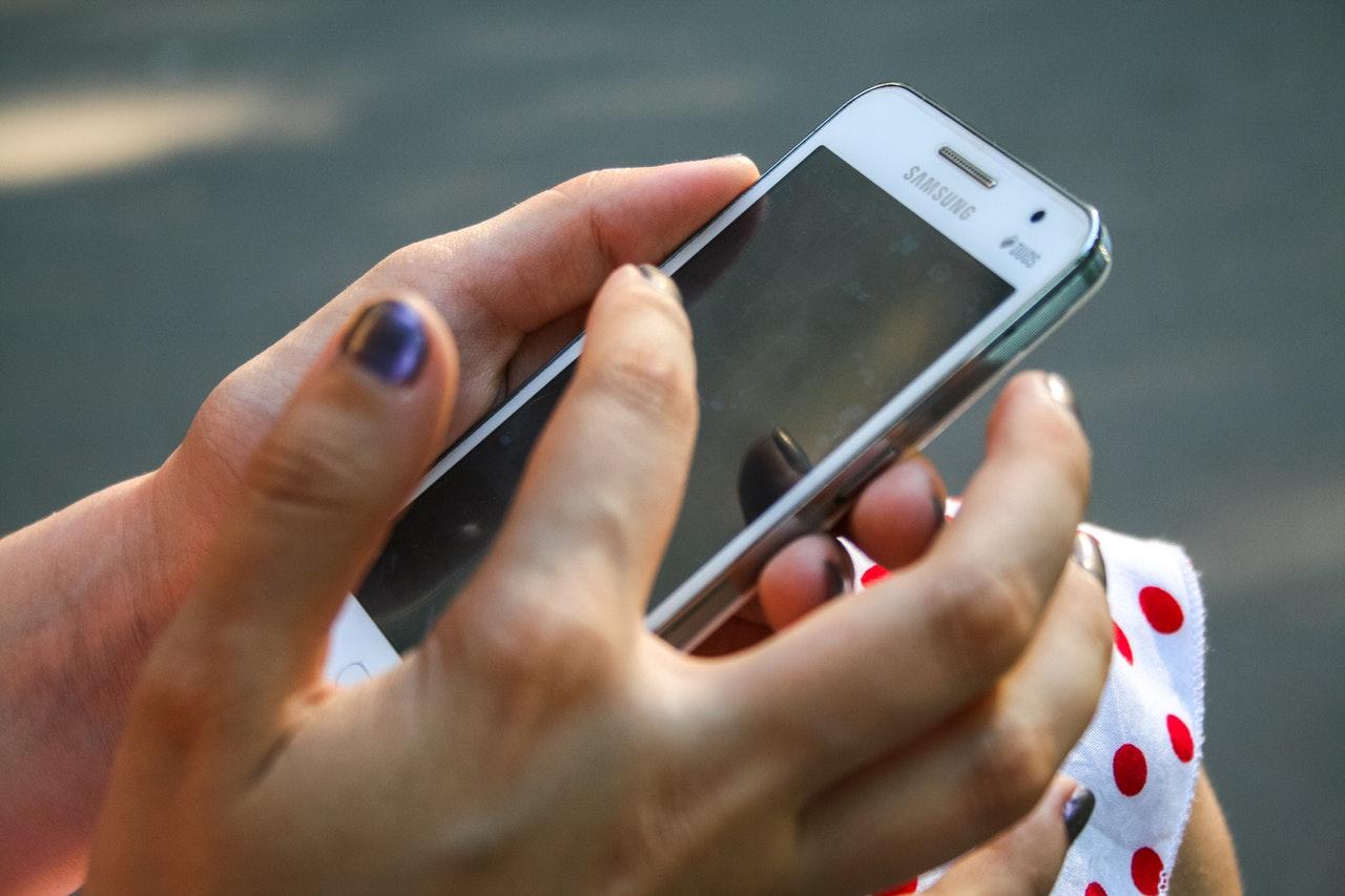 スマートフォンをタッチする女性