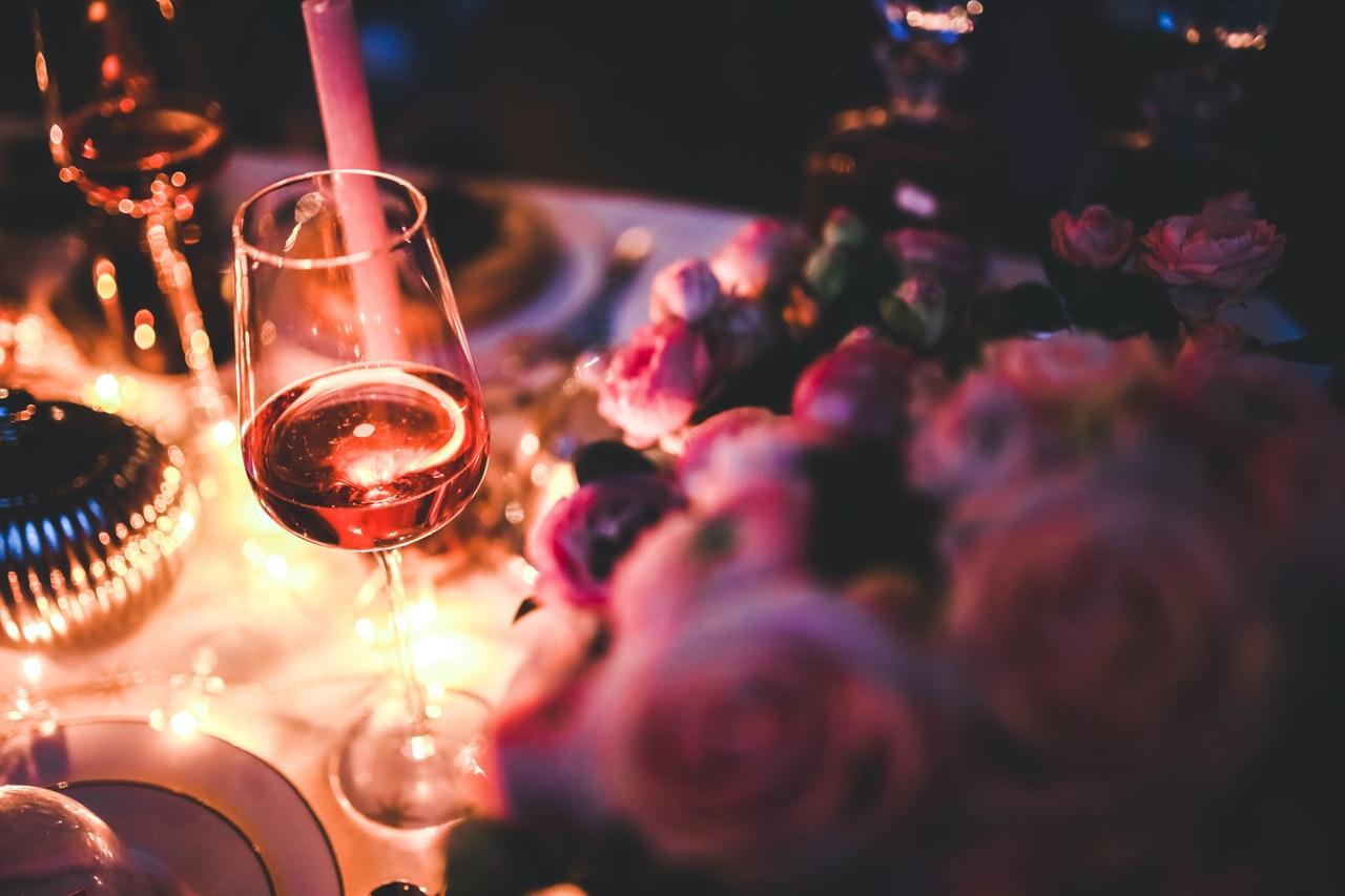 ワインと花のあるテーブル