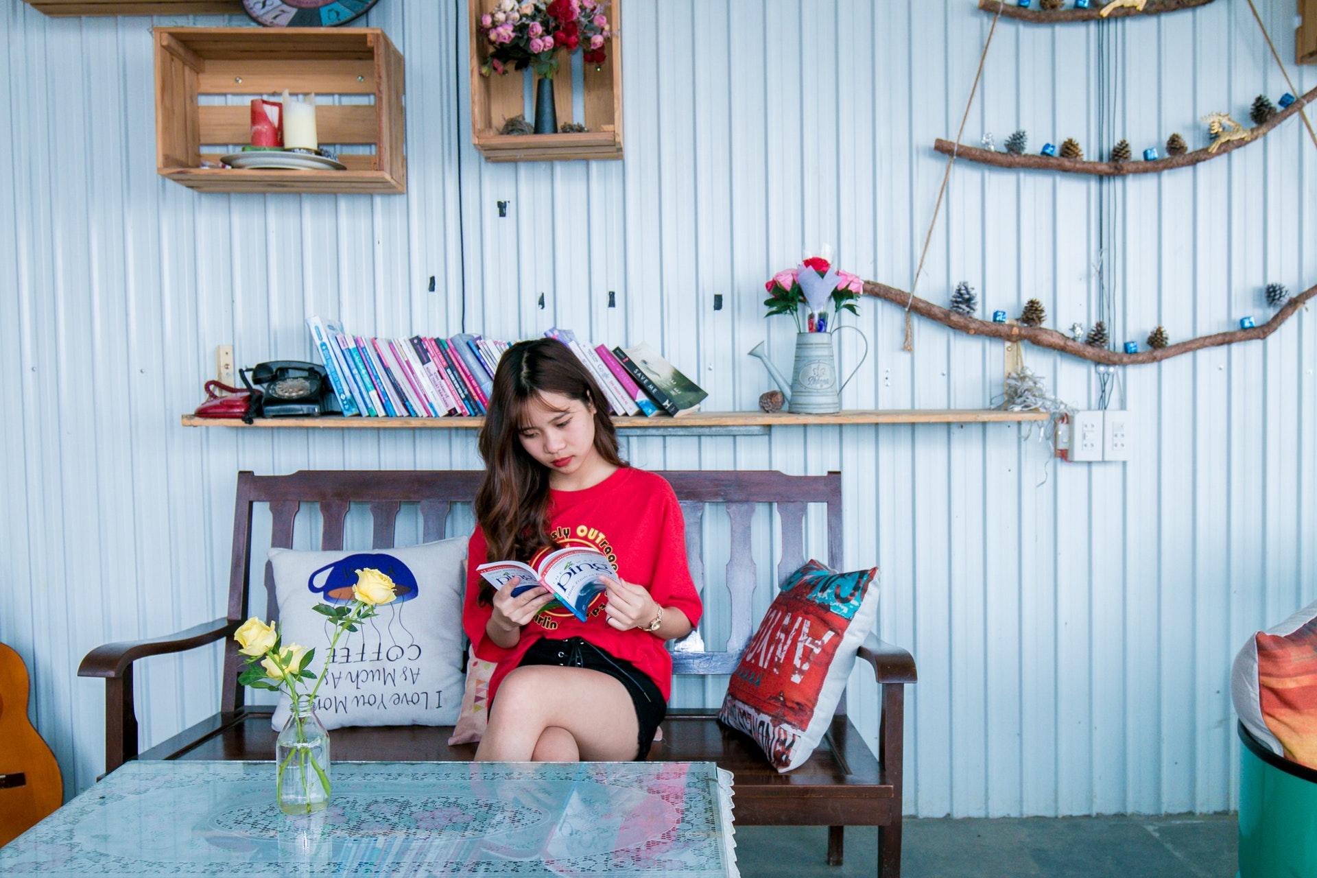 部屋で読書する女子