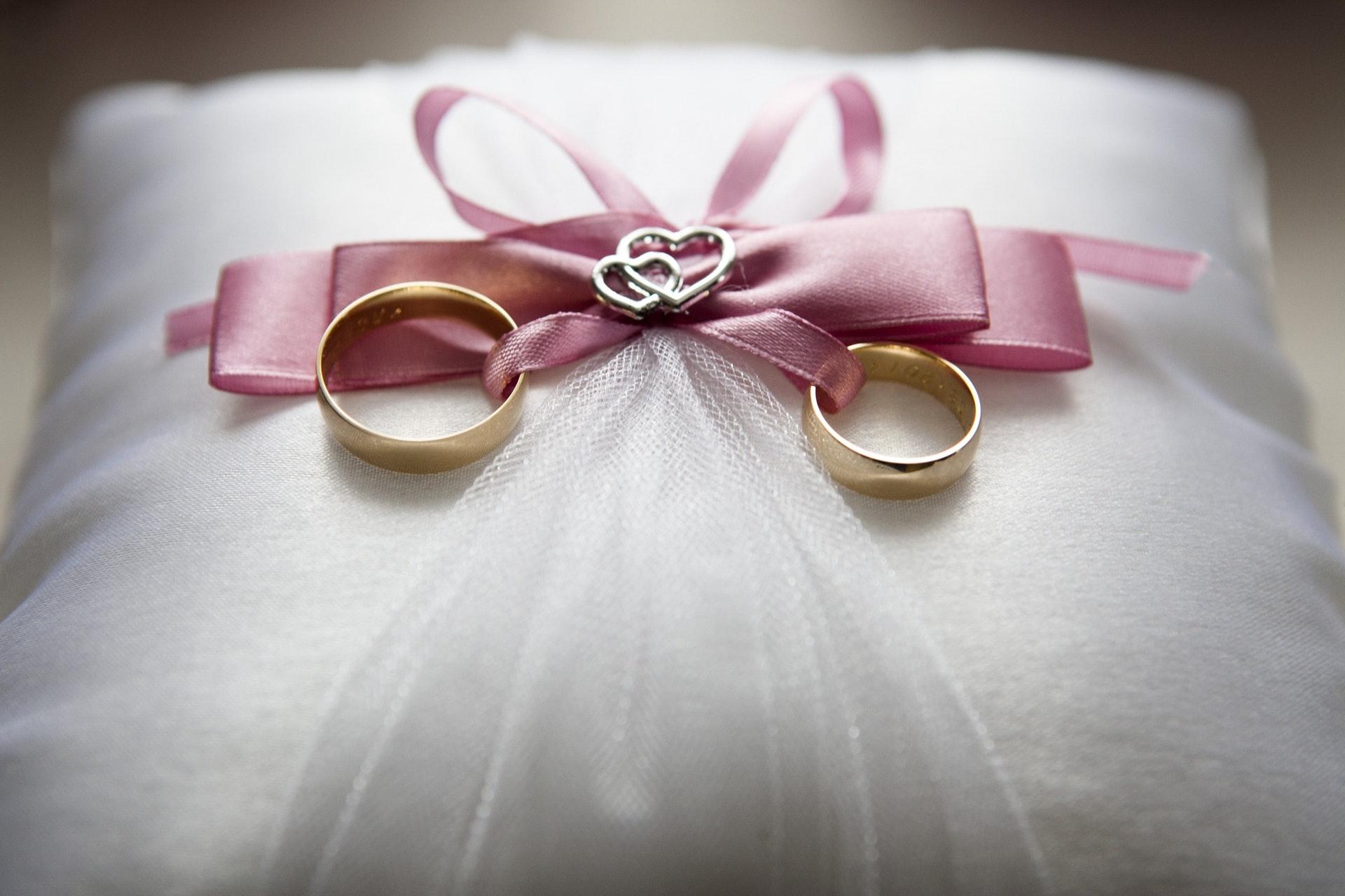 リングピローにのせられた結婚指輪