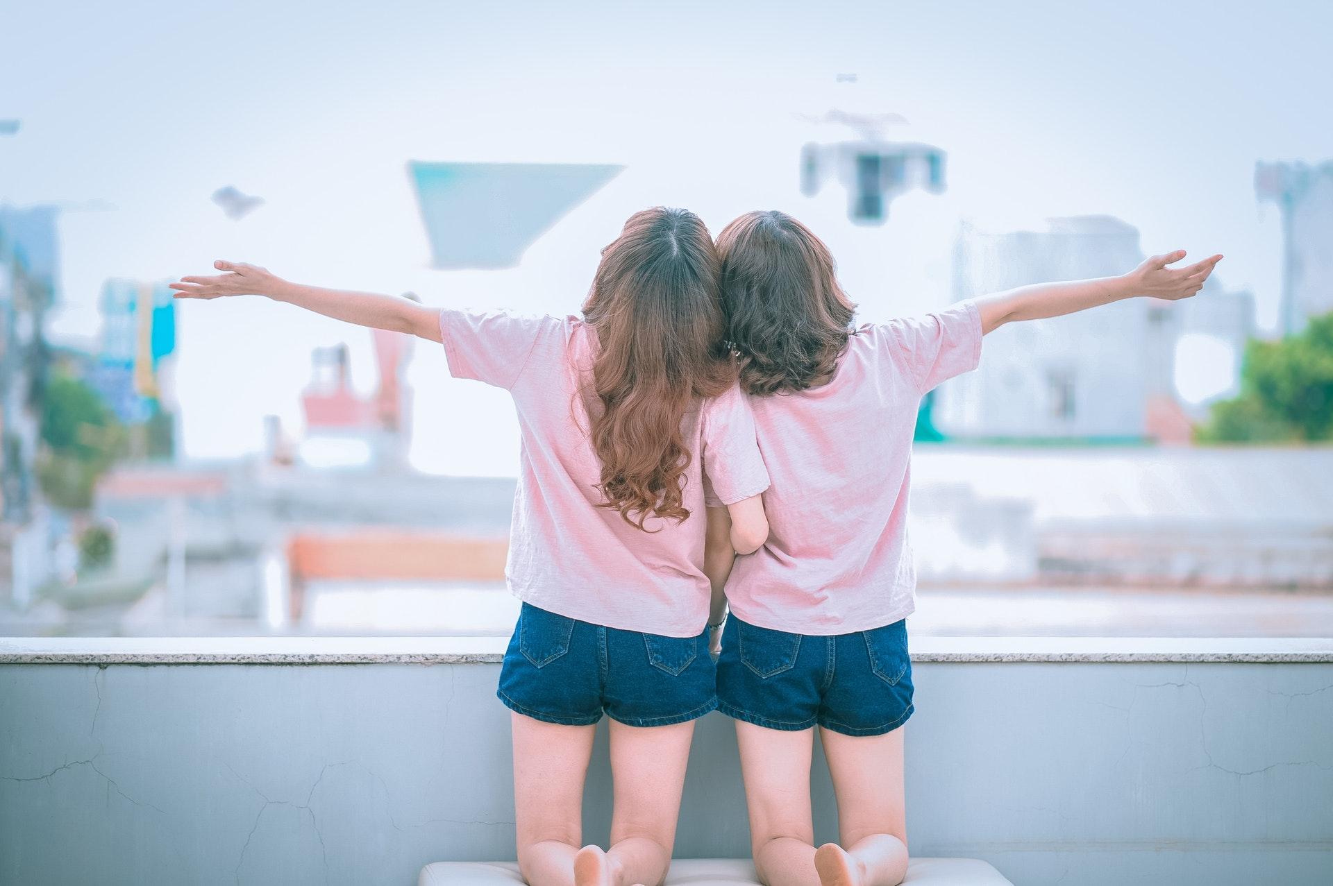 同じ格好をした女の子2人