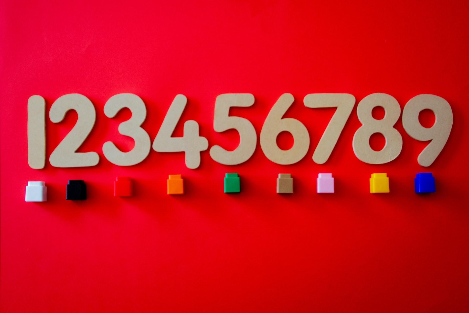 赤いボードに並んだ数字