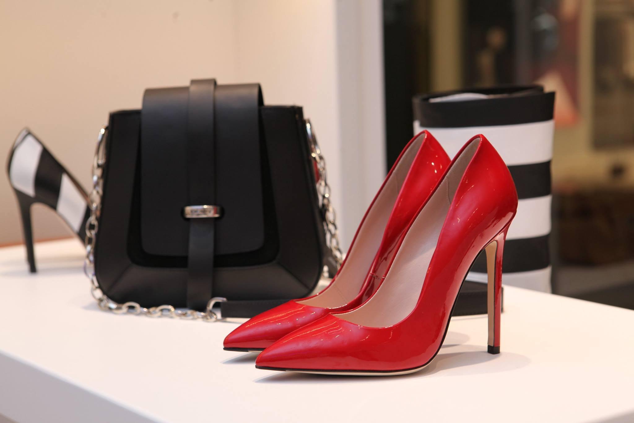 赤のピンヒールと黒のバッグ