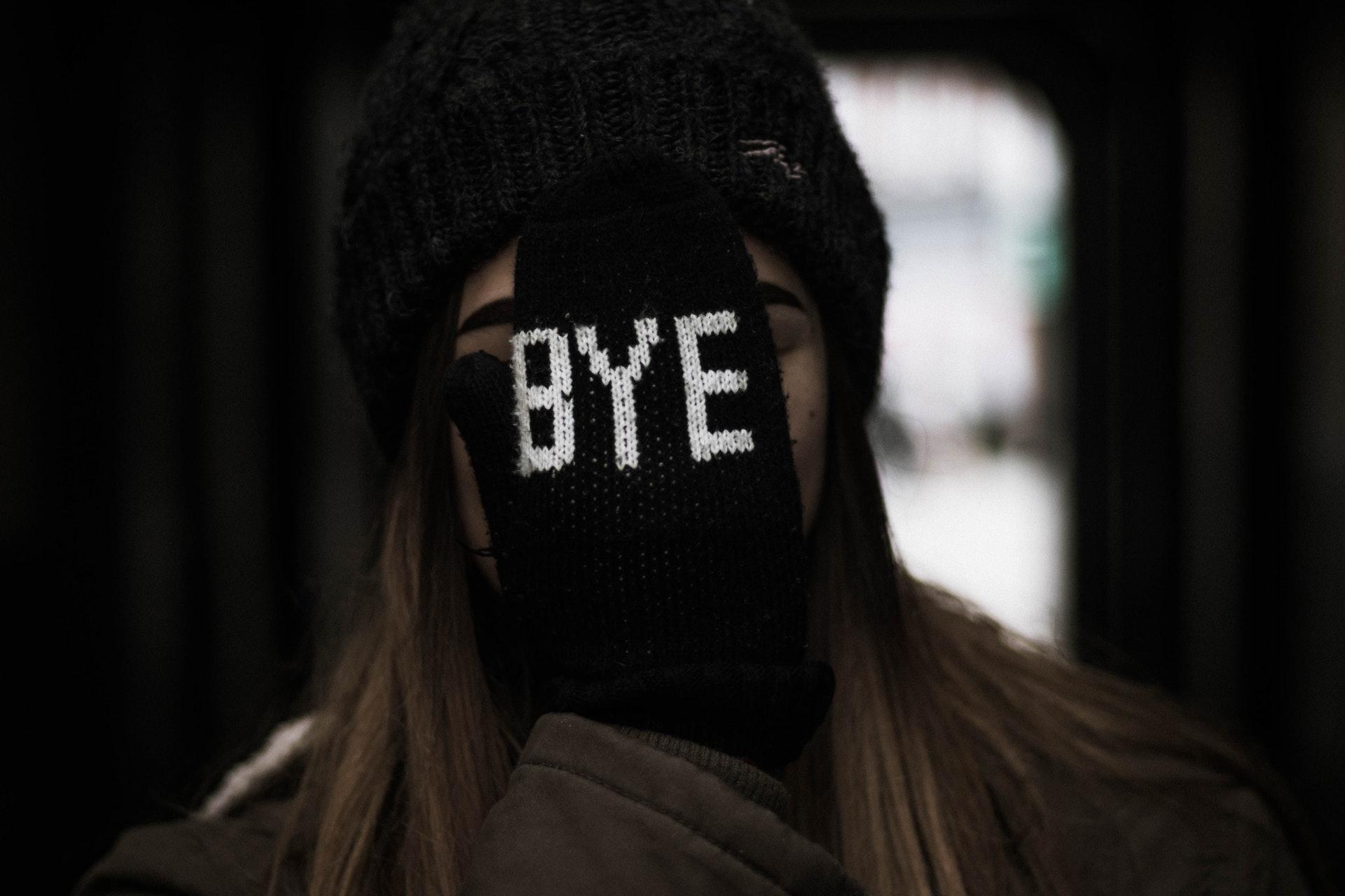 BYEと書かれた手袋をしている女性