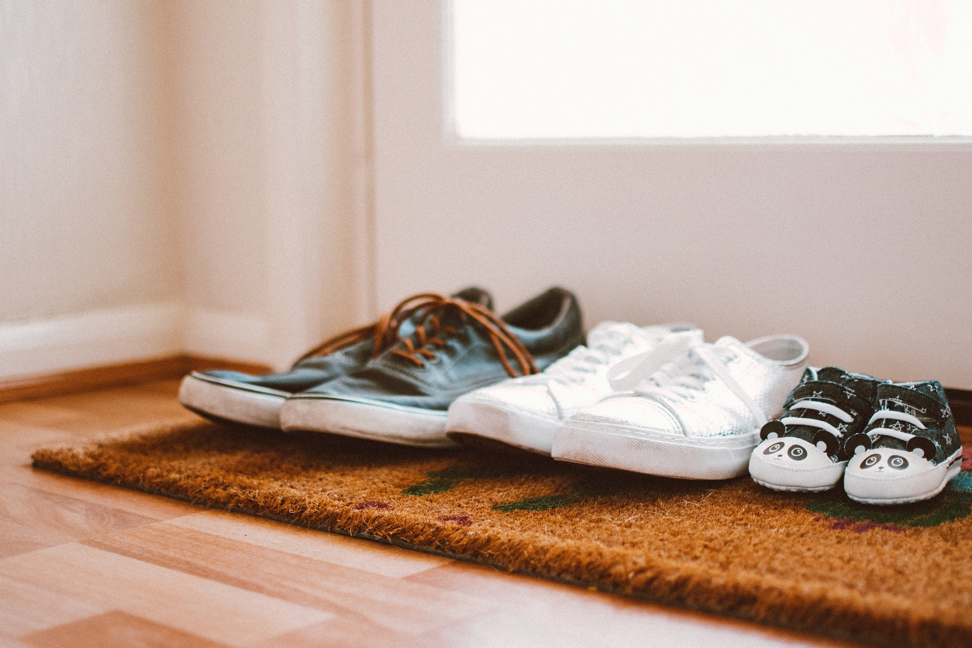 並べられた家族の靴