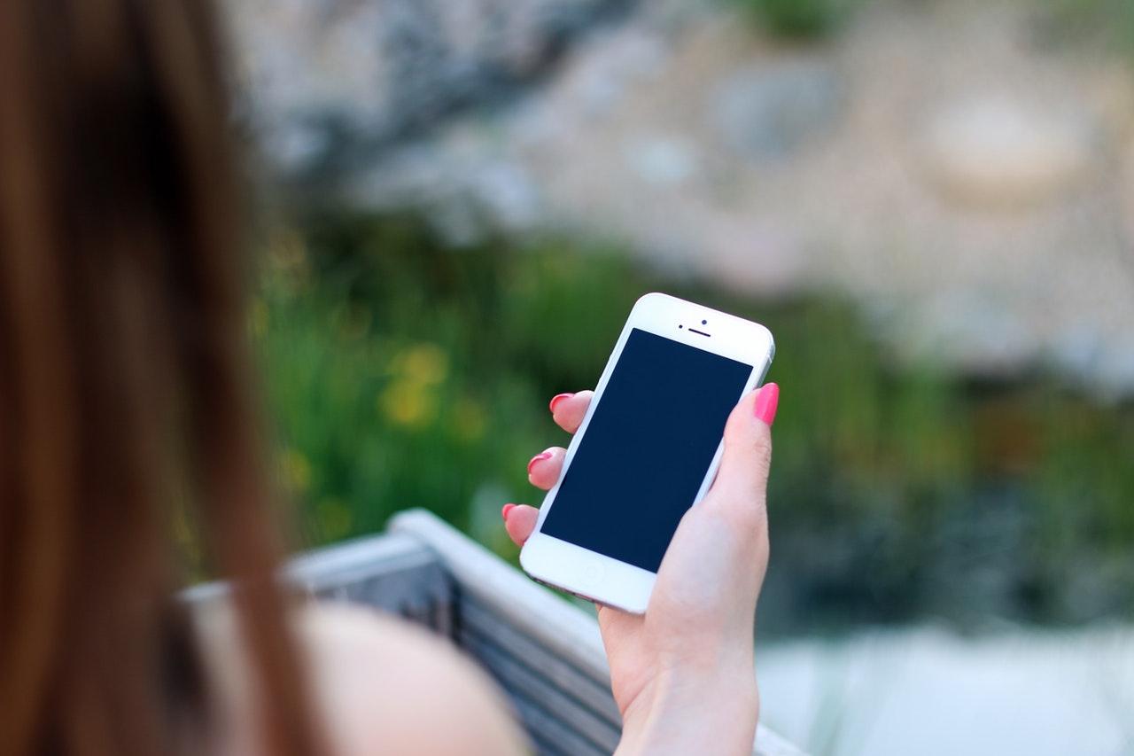 携帯電話を見る女子