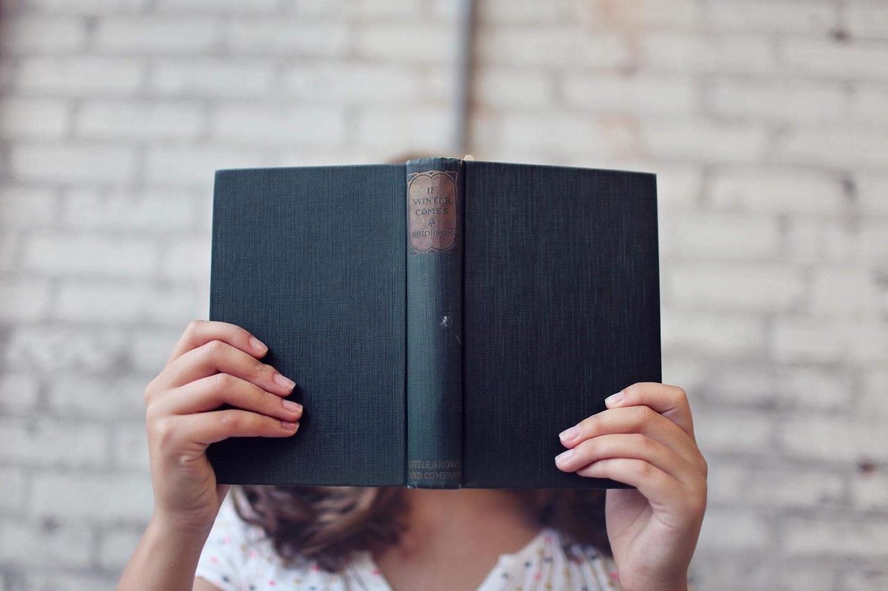 本で調べる女性