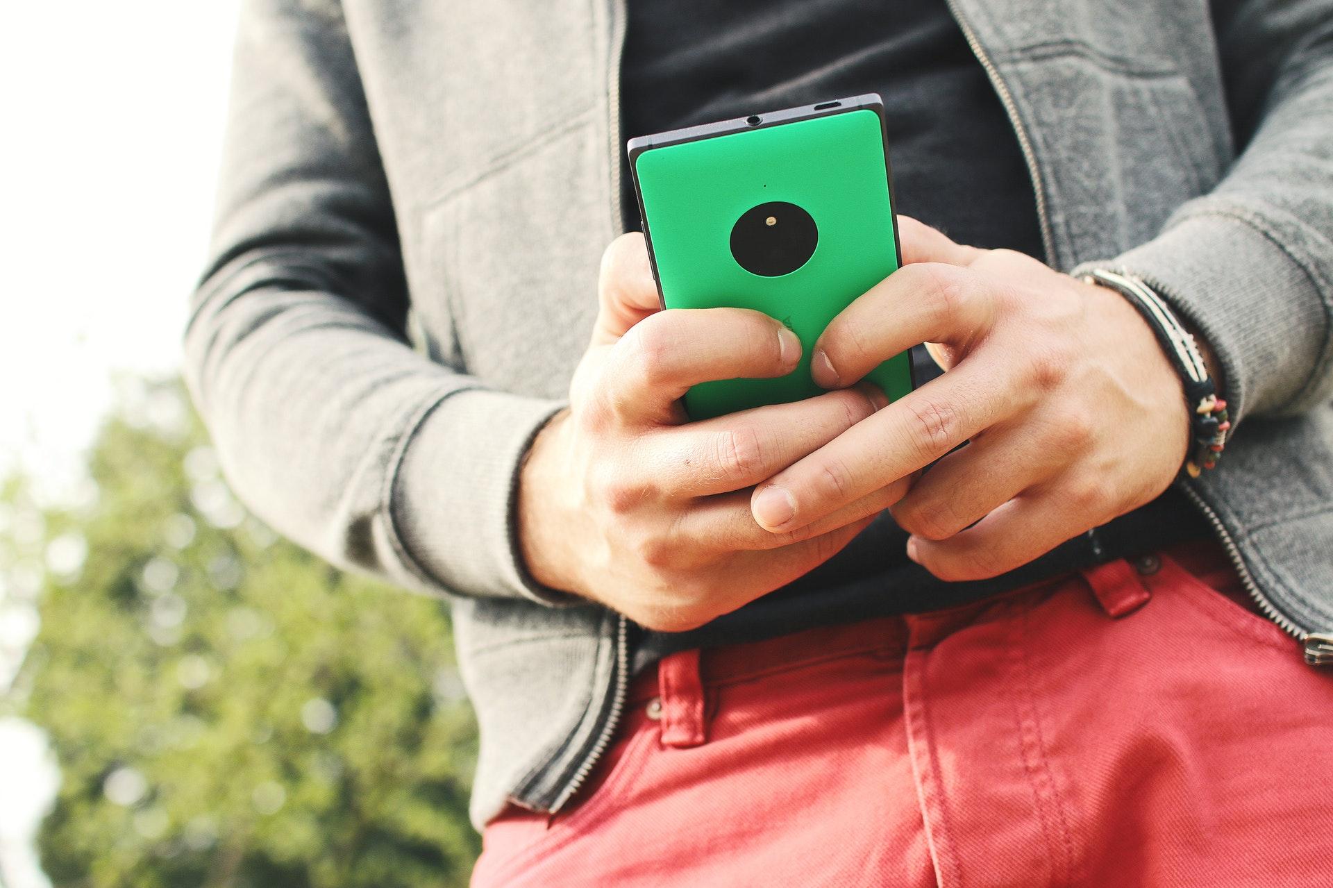 携帯電話を手に持つ男子