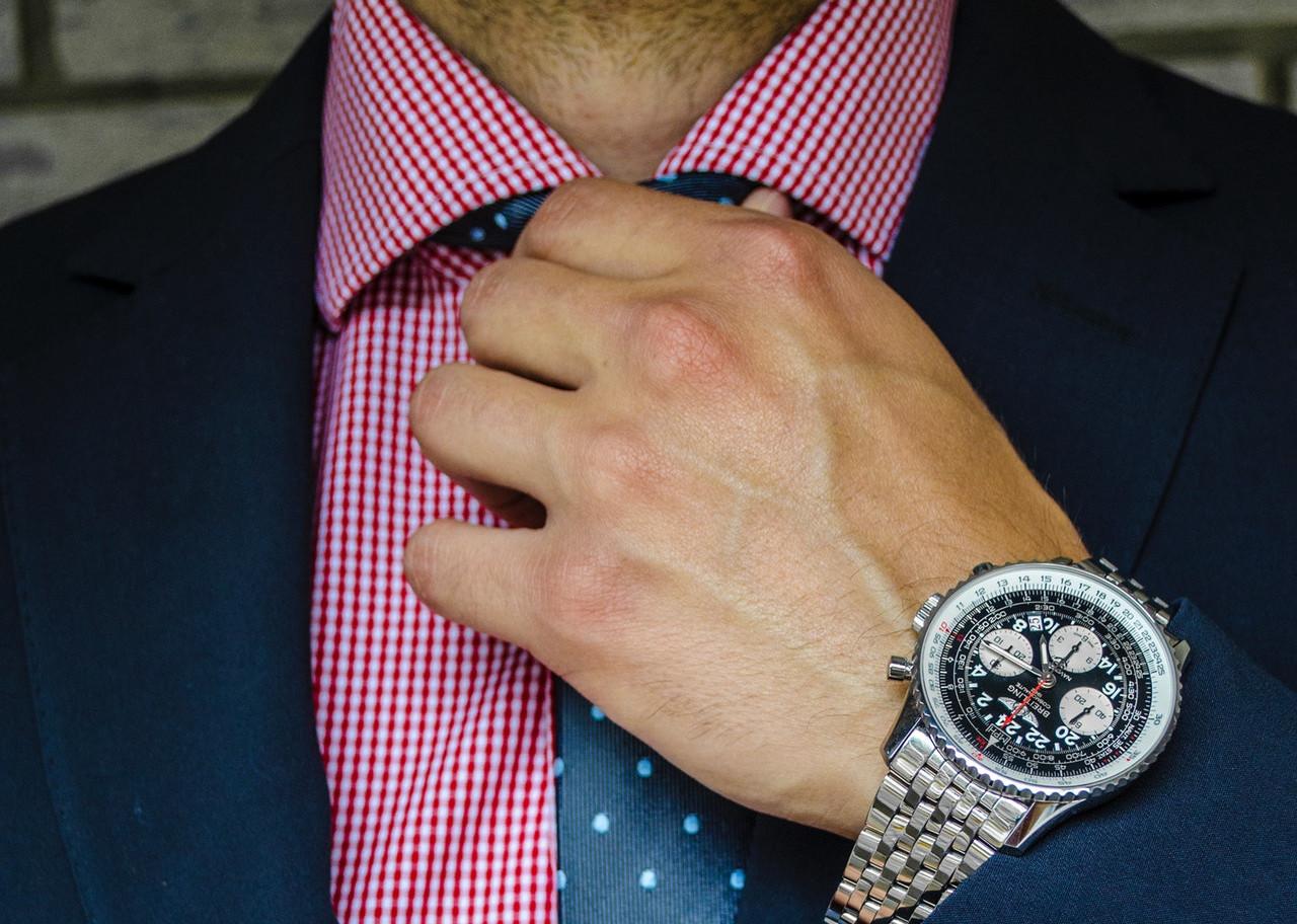 ネクタイを絞める男性