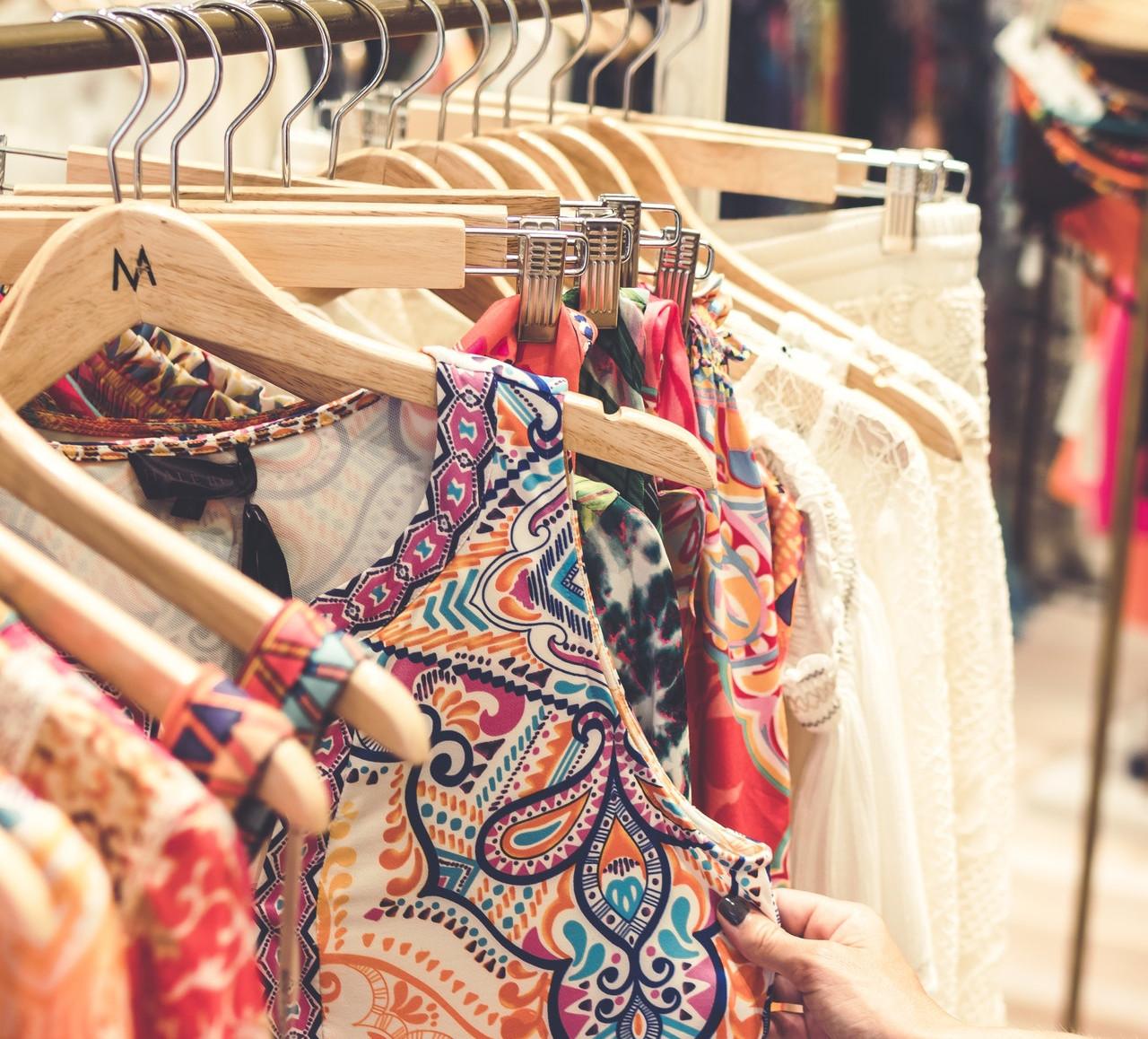 洋服を選ぶ女子