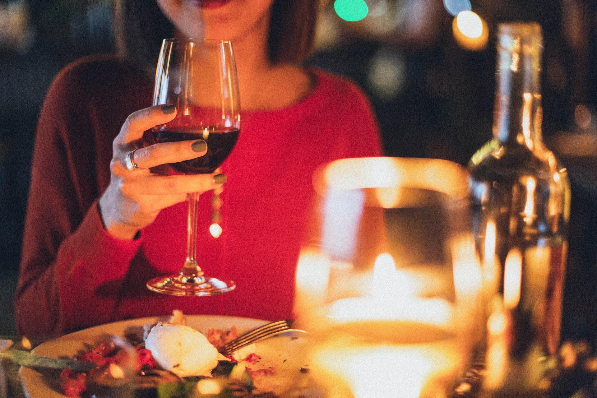 ワインを片手に微笑む女性