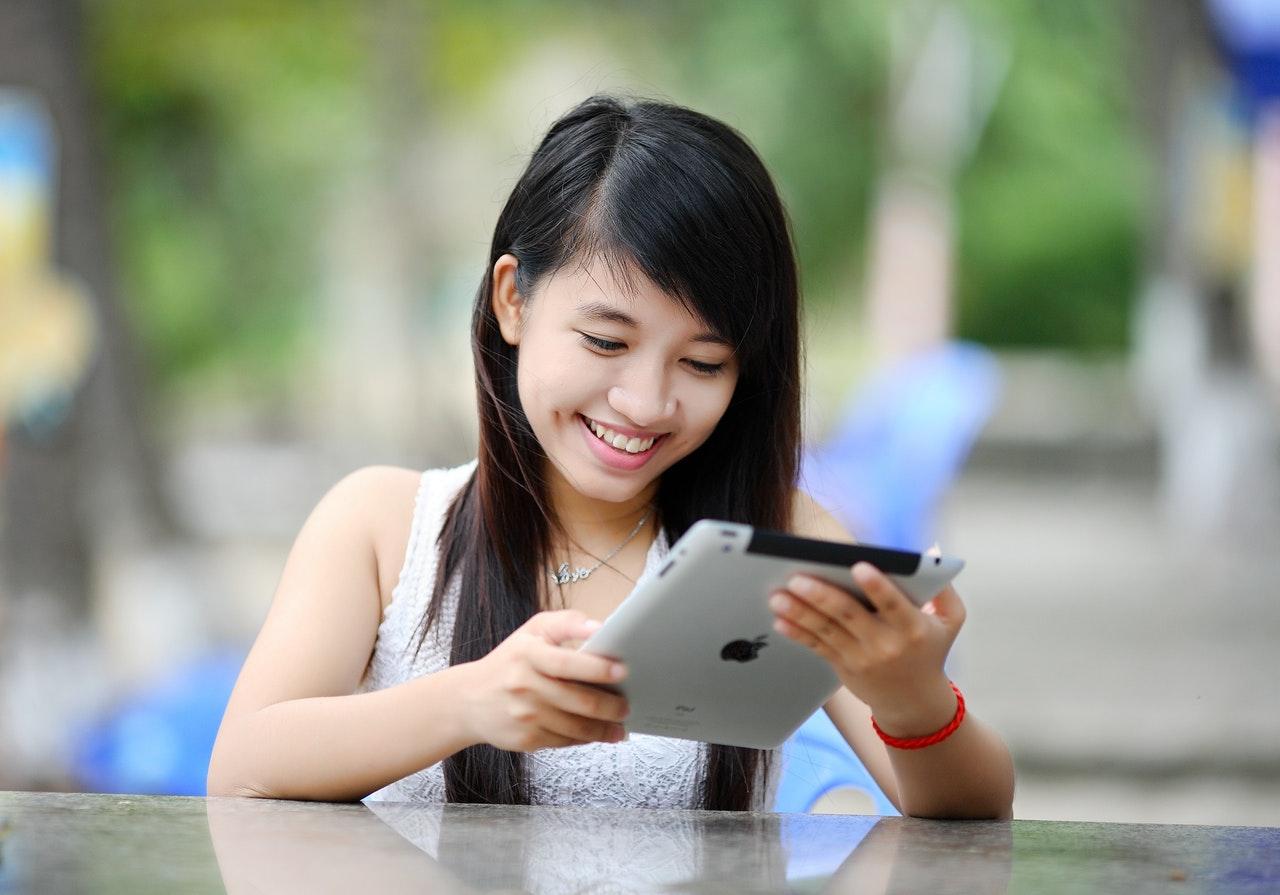 iPadに笑いかける女性